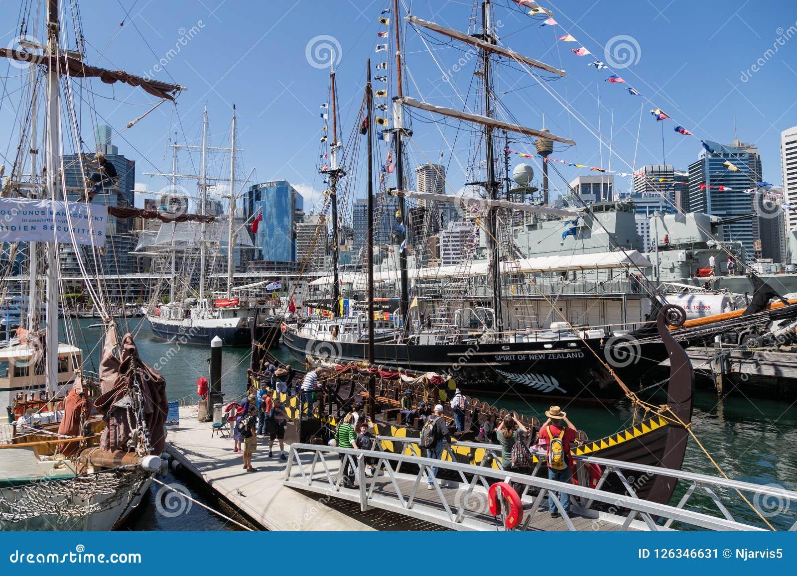 Navio alto e Viking Long Boat amarrados em Darling Harbour Sydney