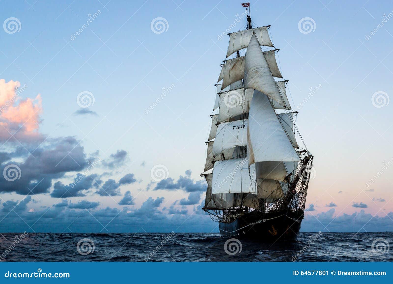 Navio alto no Oceano Atlântico