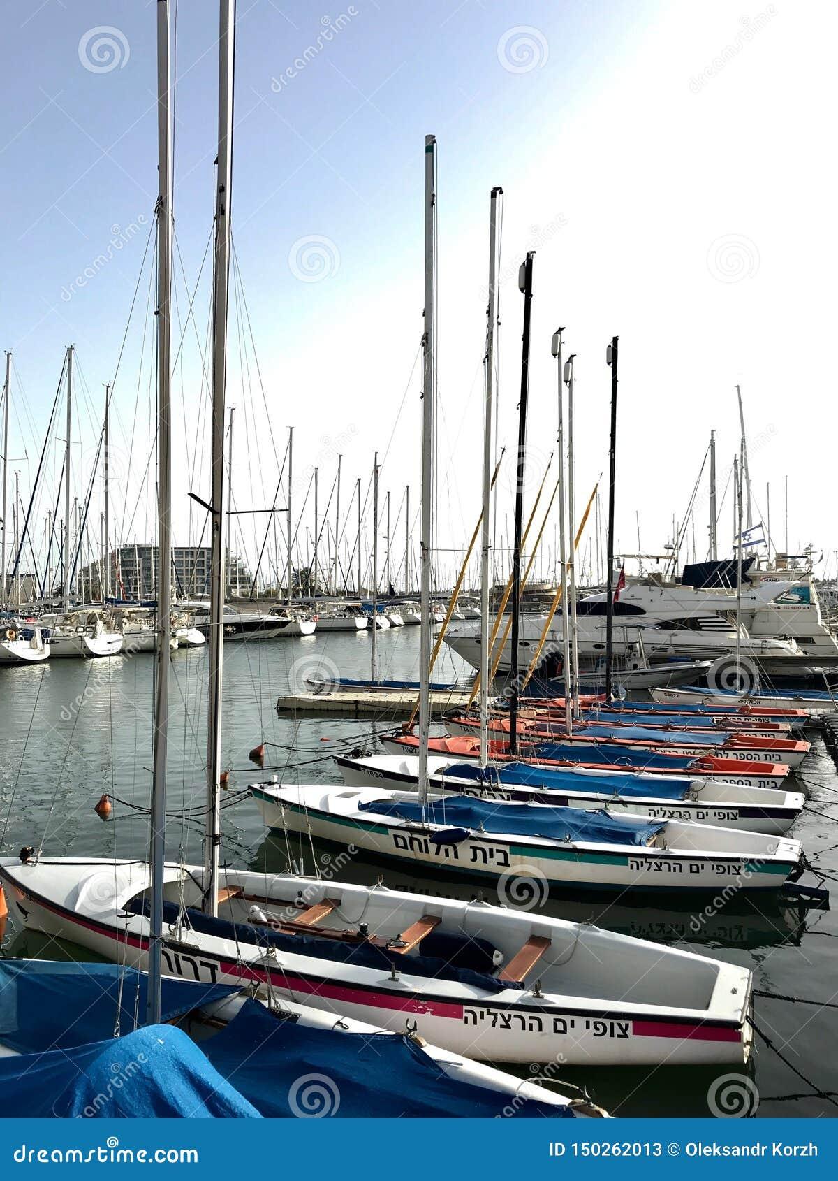 Navio bonito do iate amarrado no porto com outros barcos no mar salgado azul