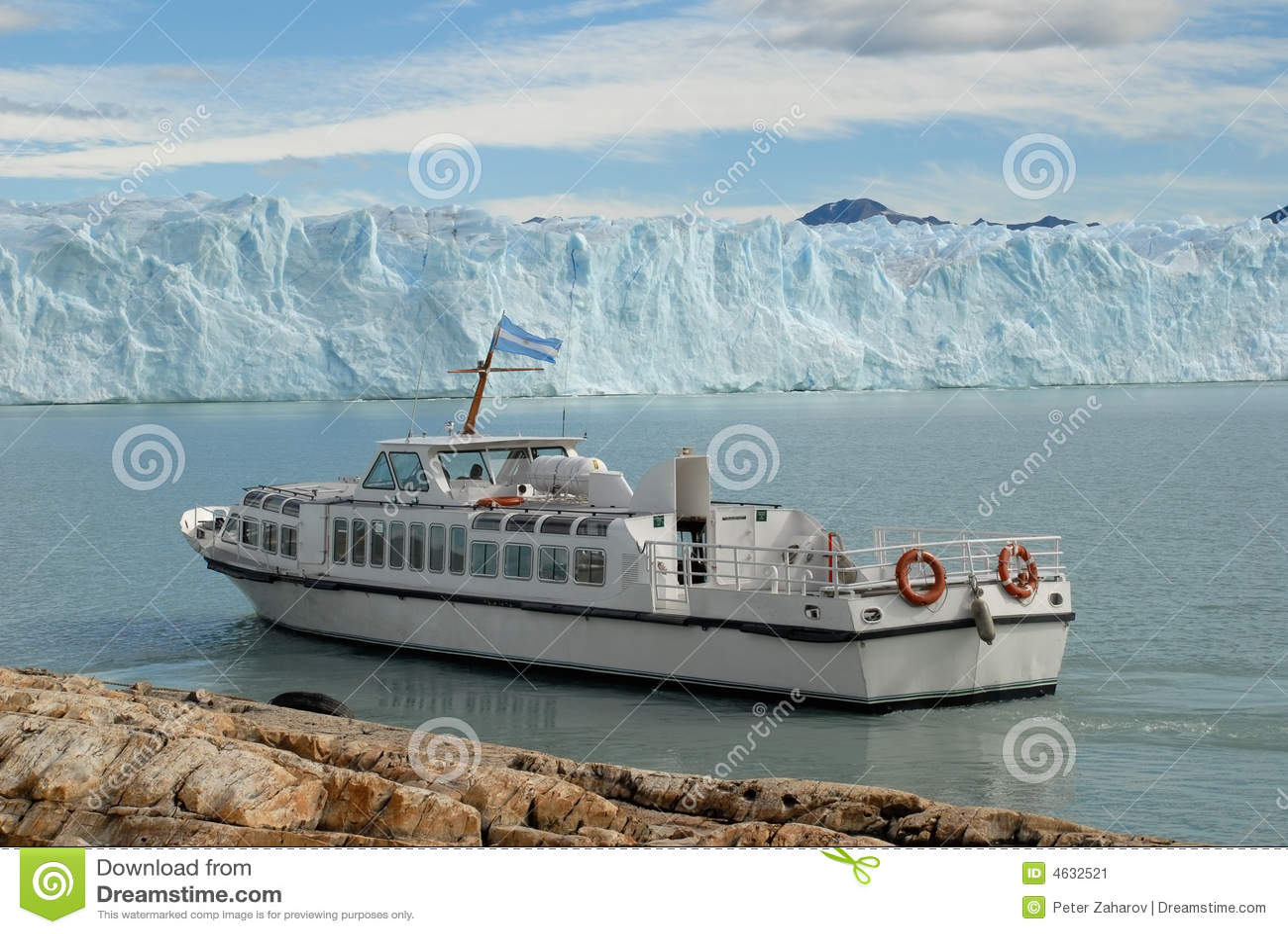 Navio da excursão de Argentina perto do Perito Moreno Gl