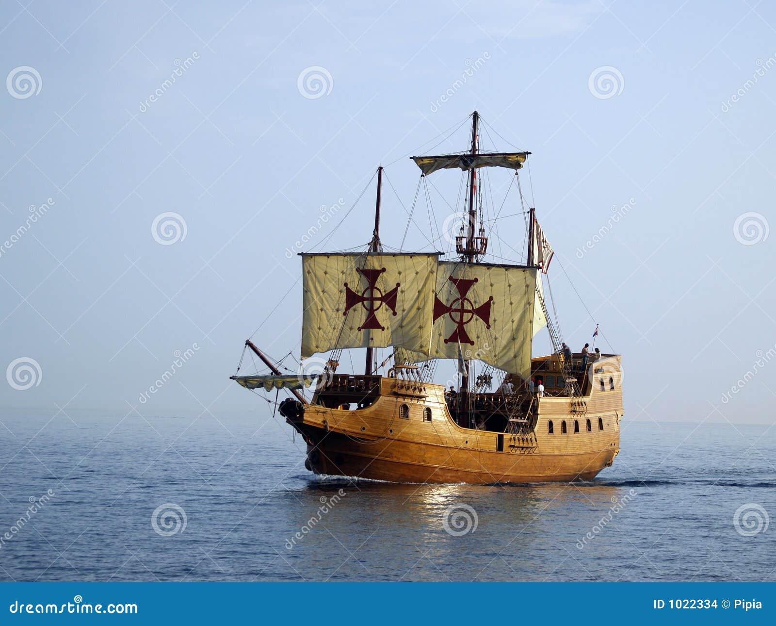 Navio de batalha velho no mar