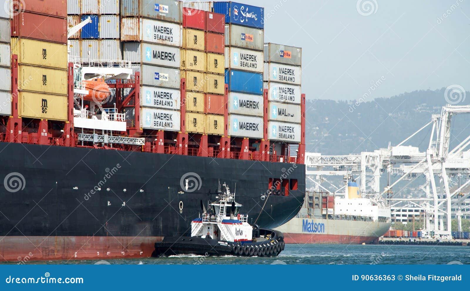 Navio de carga CAM BRUNELLA que entra no porto de Oakland