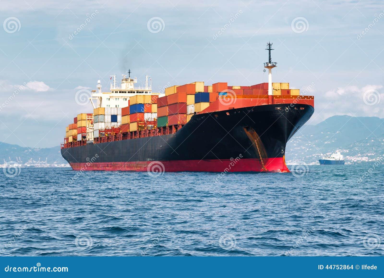 Navio de carga completamente dos recipientes