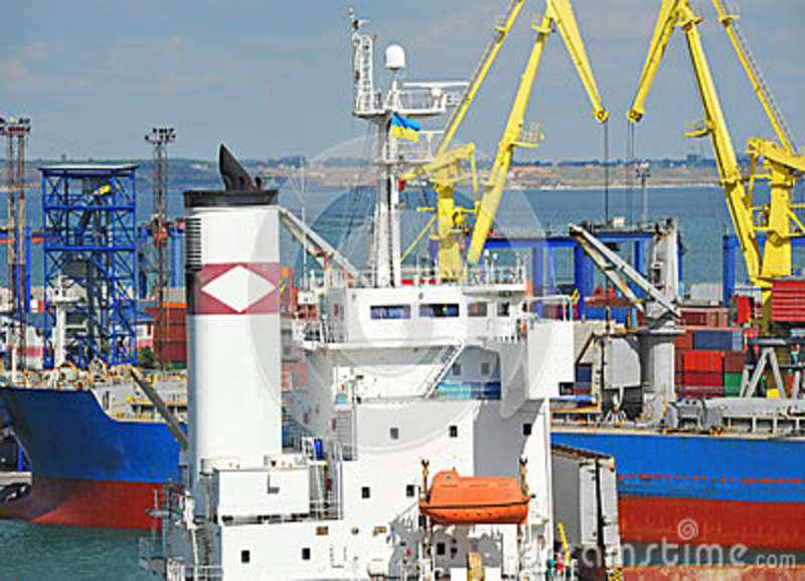 Navio de carga da maioria sob o guindaste portuário