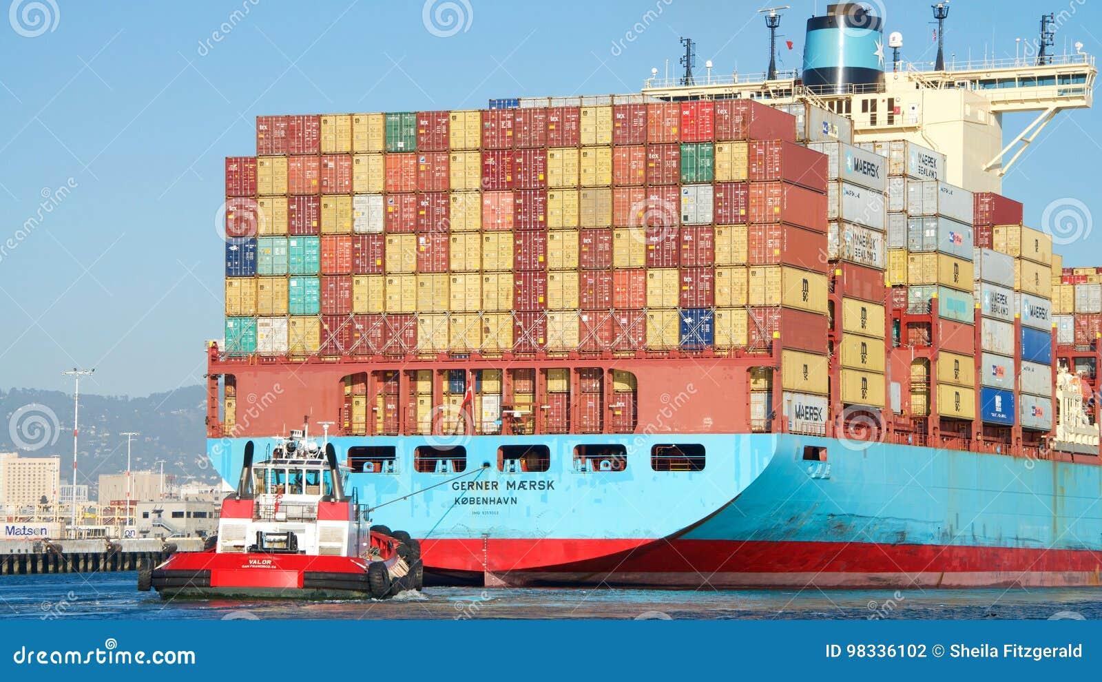 Navio de carga GUNVOR MAERSK que entra no porto de Oakland
