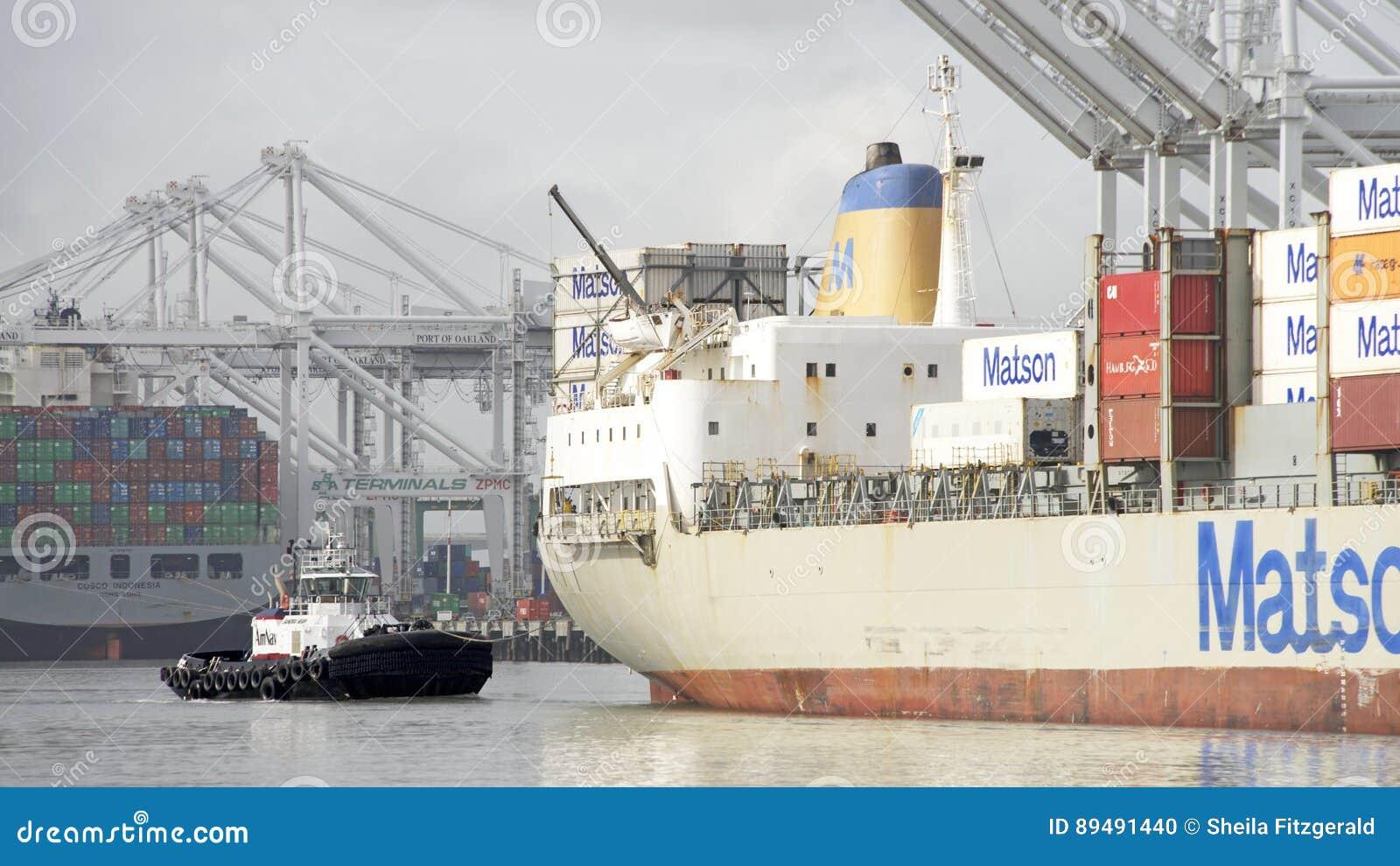 Navio de carga MAUI de Matson que entra no porto de Oakland