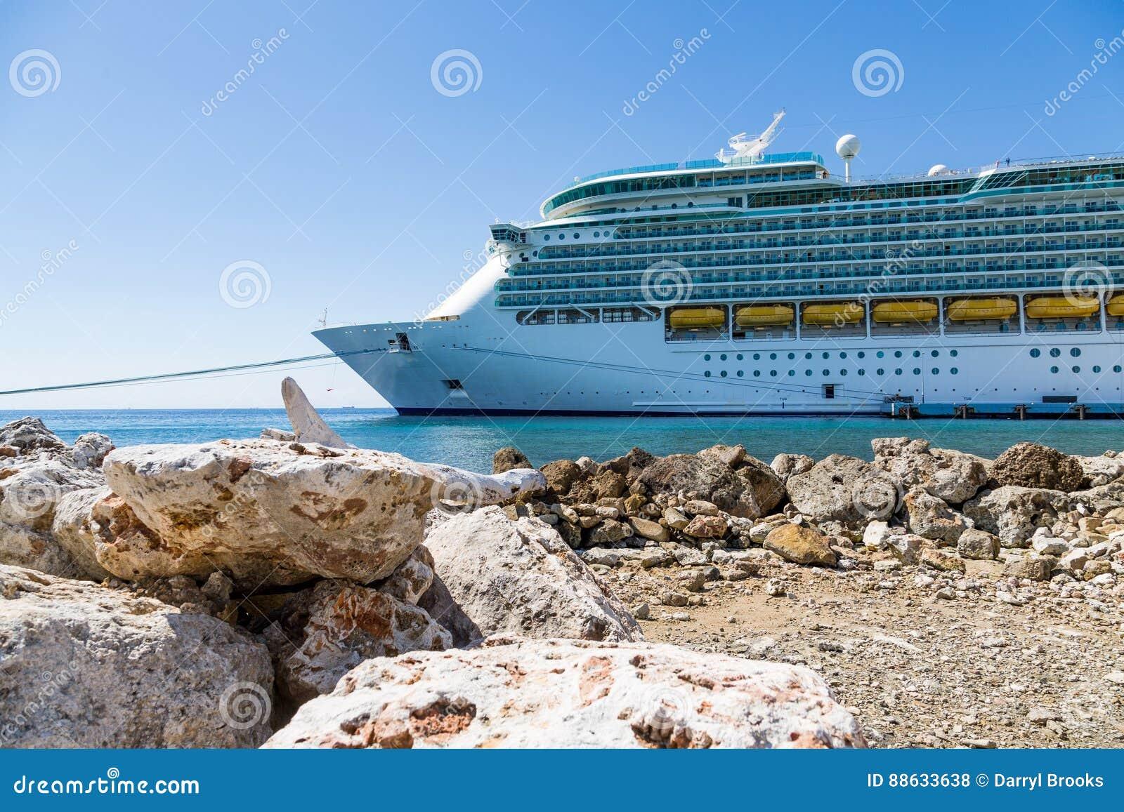 Navio de cruzeiros em Sunny Curacao