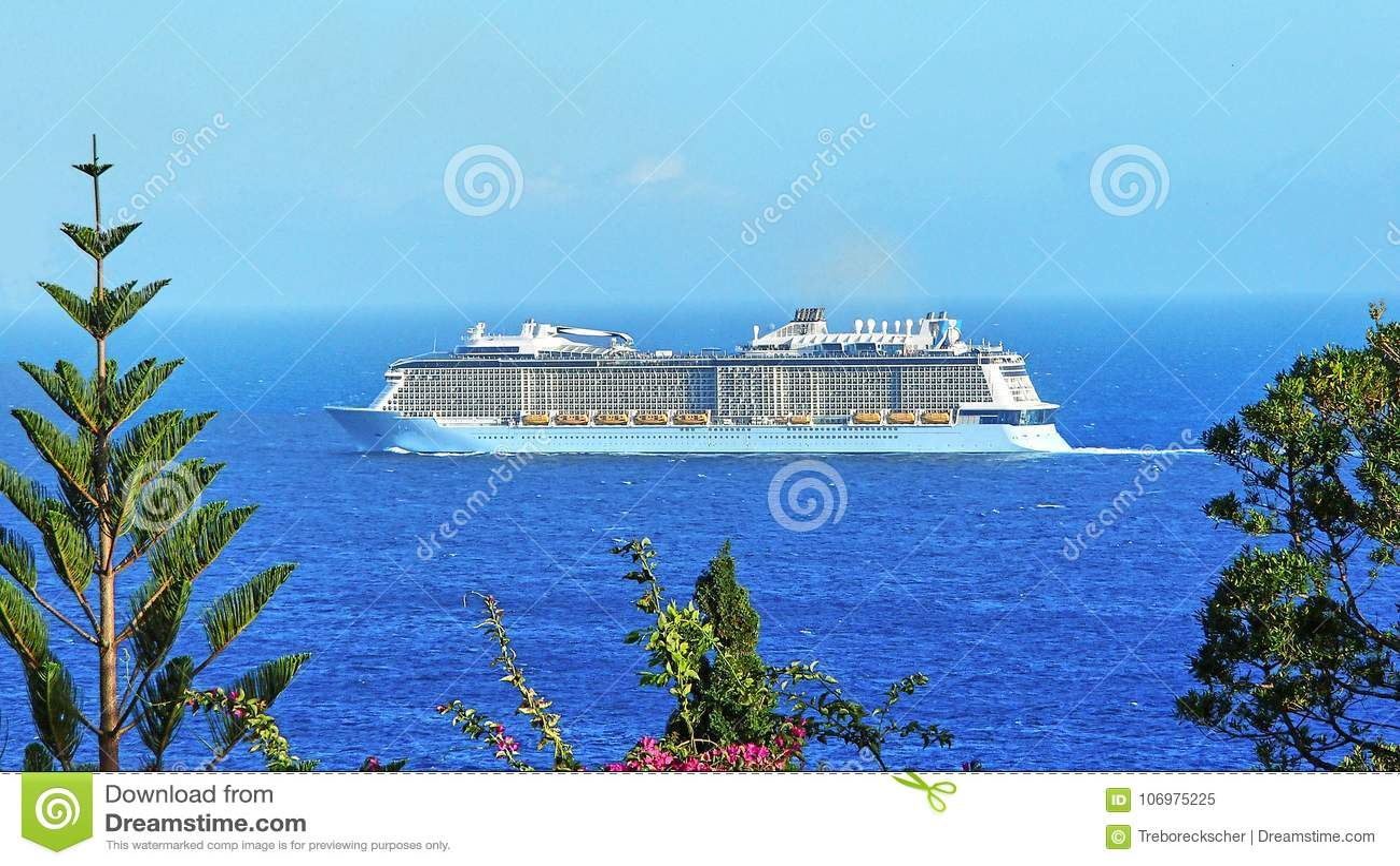 Navio de cruzeiros na costa da ilha atlântica de Madeira