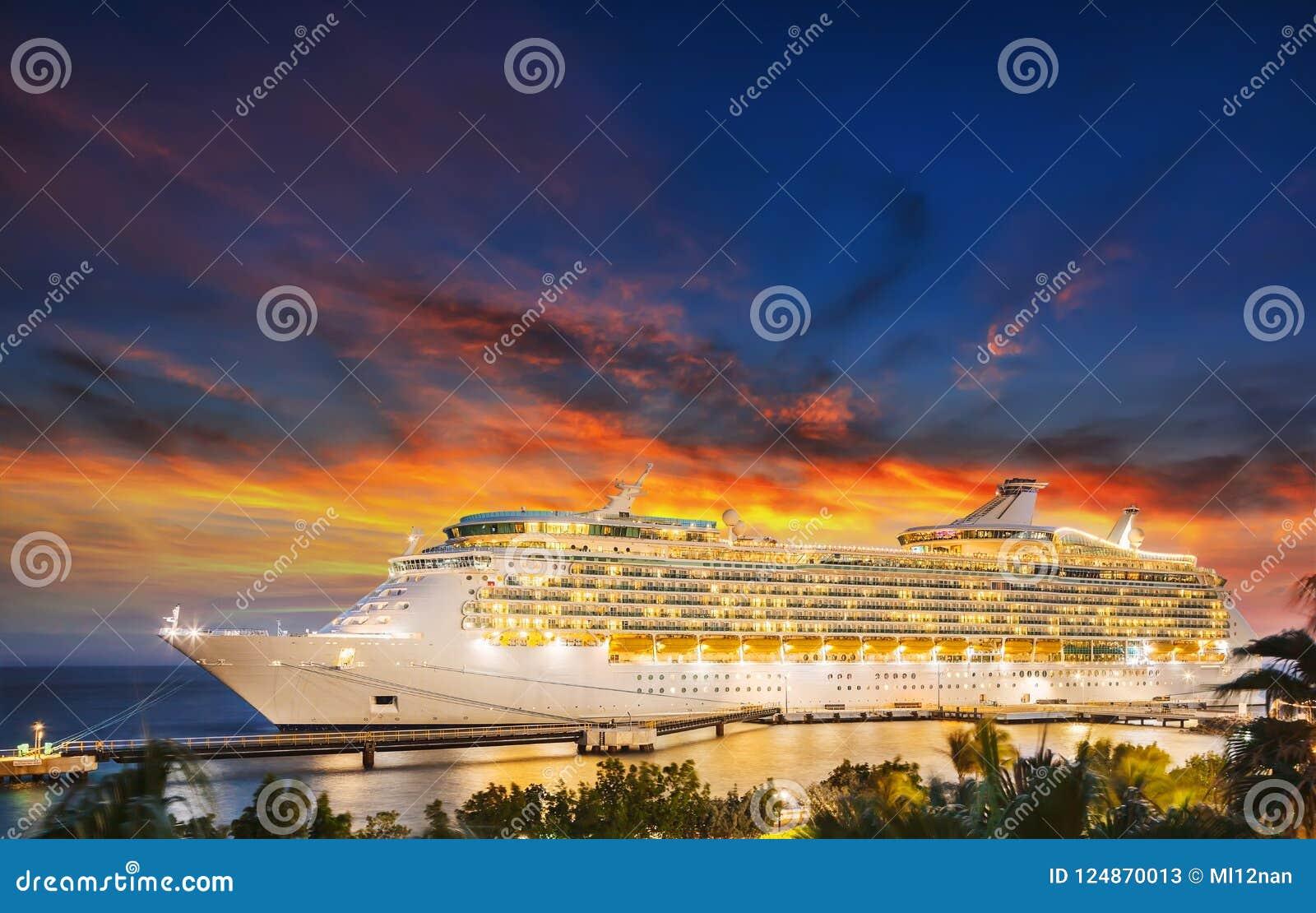 Navio de cruzeiros no porto no por do sol