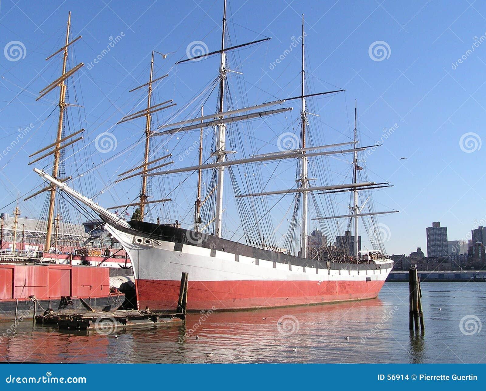 Navio de navigação histórico no cais de New York