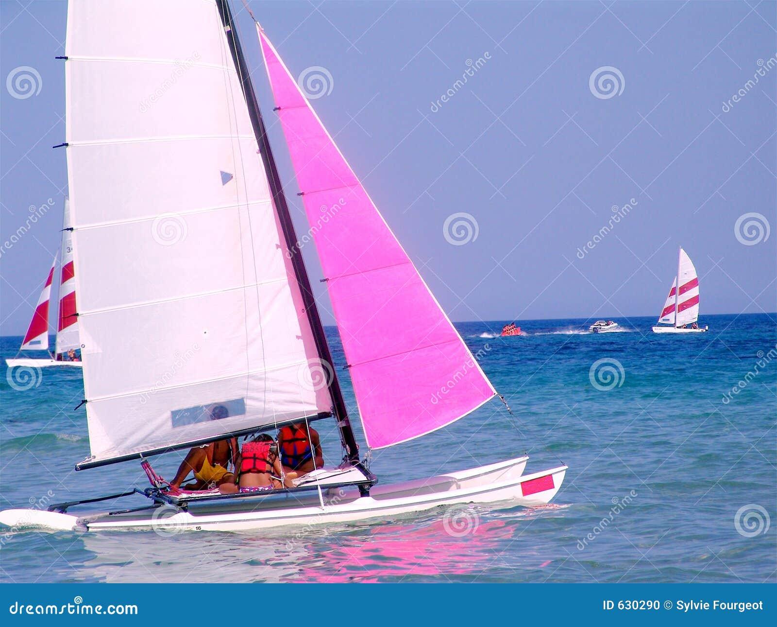 Navio de navigação no mar.