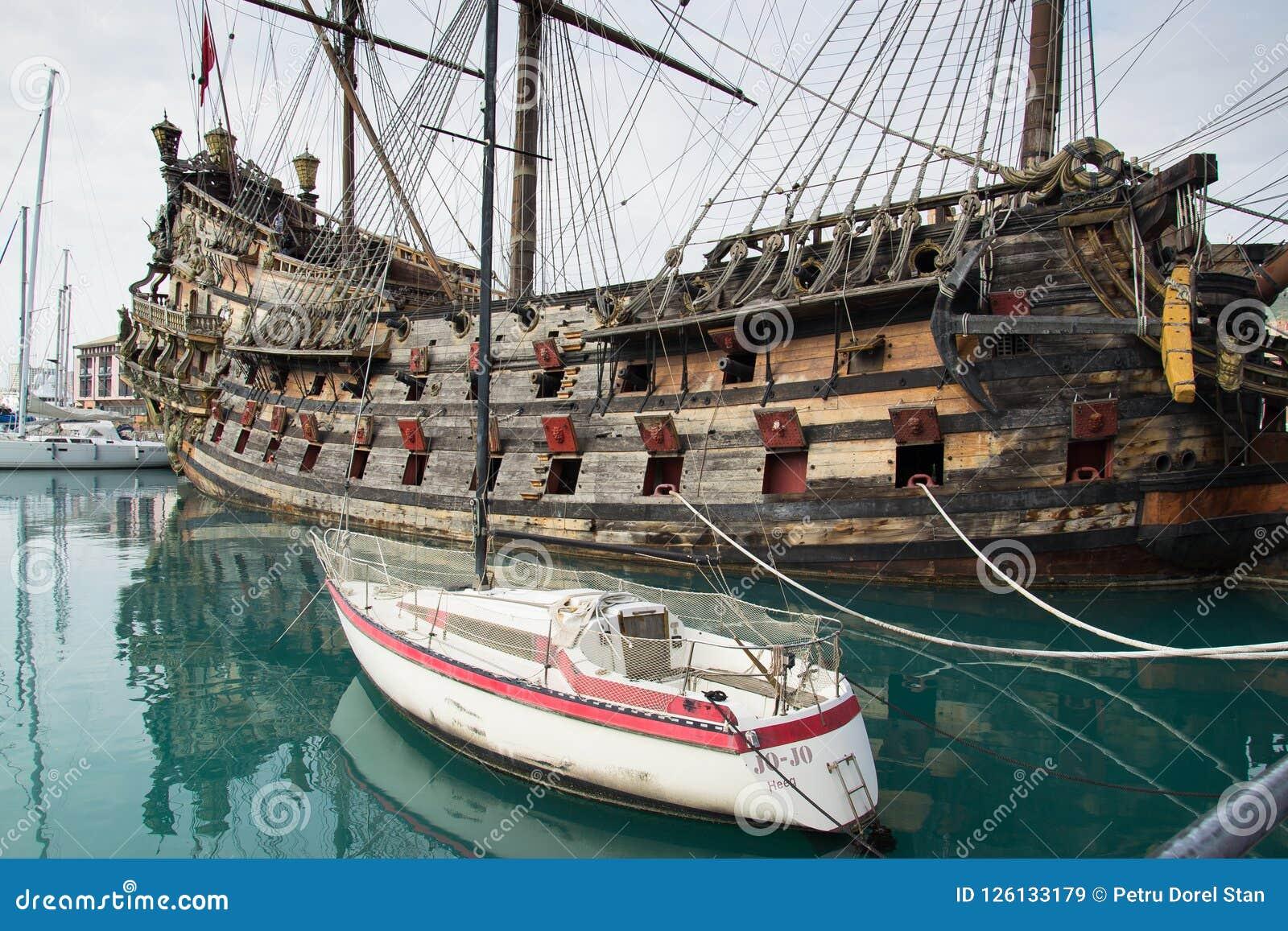 Navio de pirata do IL Galeone Netuno em Genoa Porto Antico (porto velho