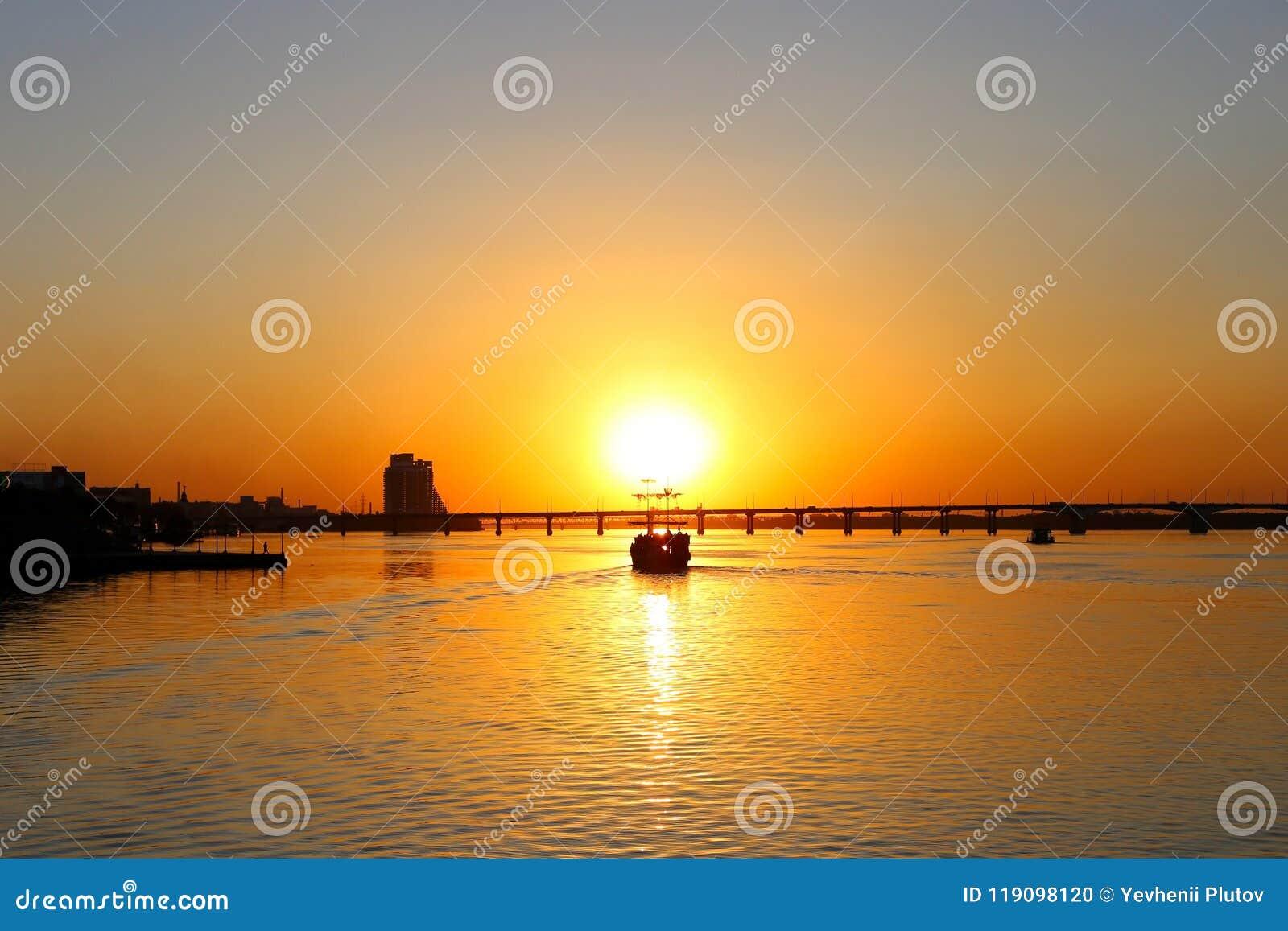 Navio de pirata velho do sailer, com velas rasgadas, no por do sol
