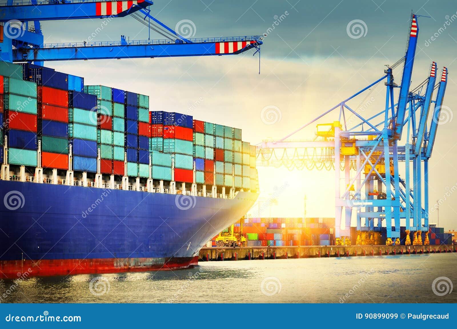 Navio de recipiente com completamente da carga que entra em um porto Transportatio