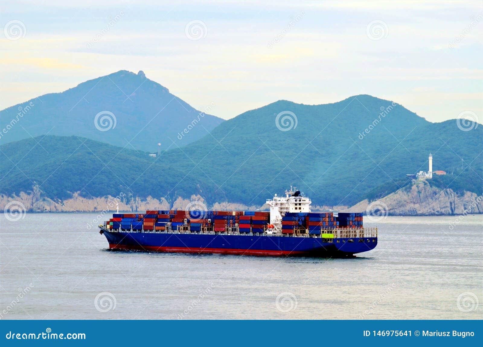 Navio de recipiente da carga que chega ao porto de Busan, Coreia do Sul