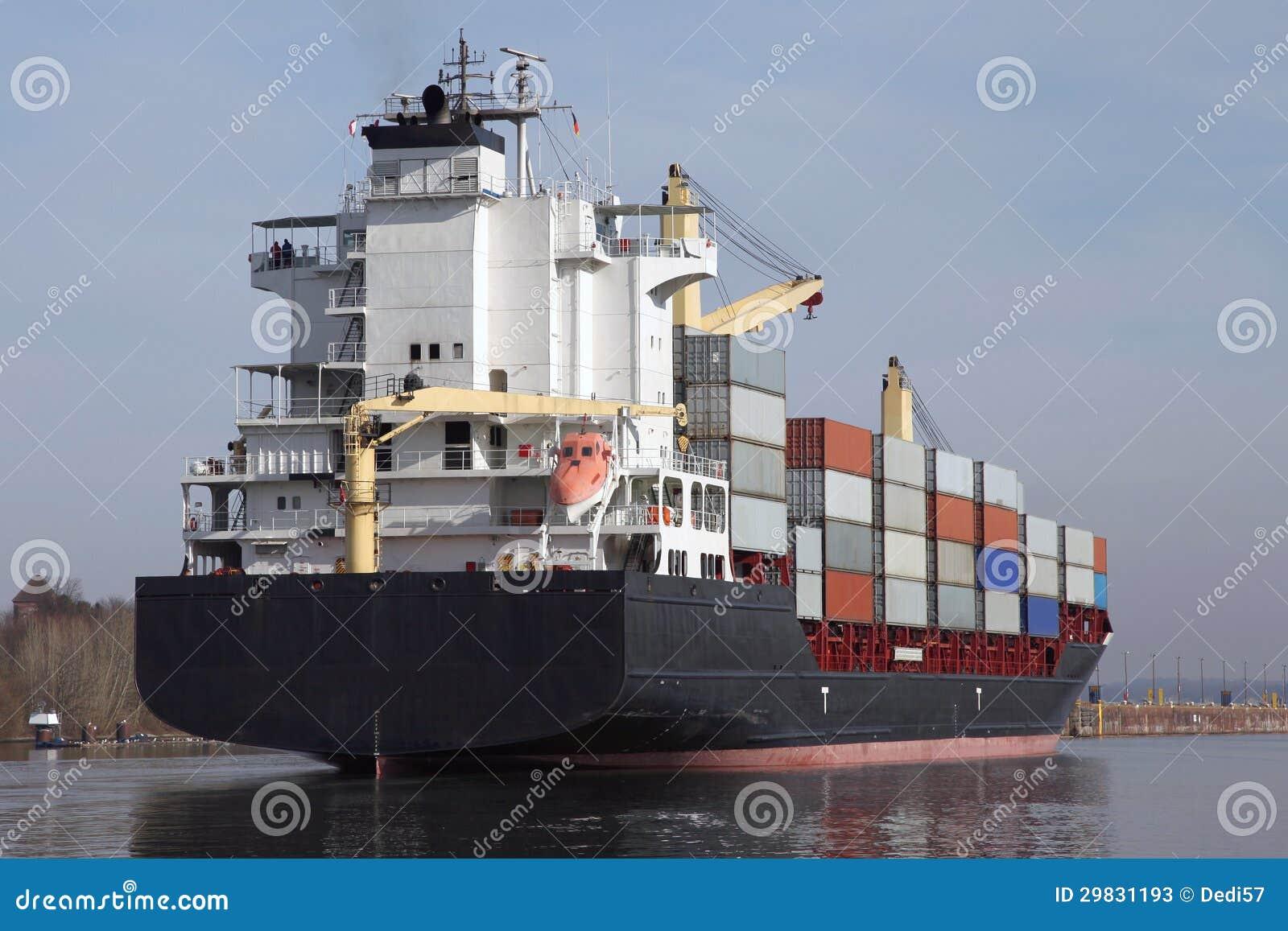 Navio de recipiente no canal de Kiel