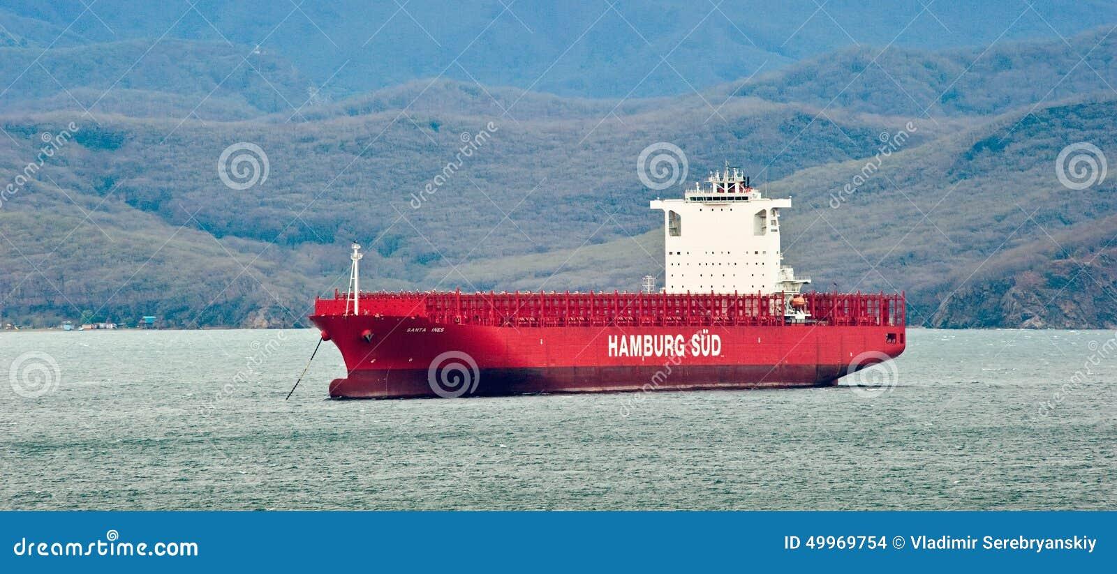 Navio de recipiente Santa Ines que está nas estradas na âncora Louro de Nakhodka Mar do leste (de Japão) 03 05 2014