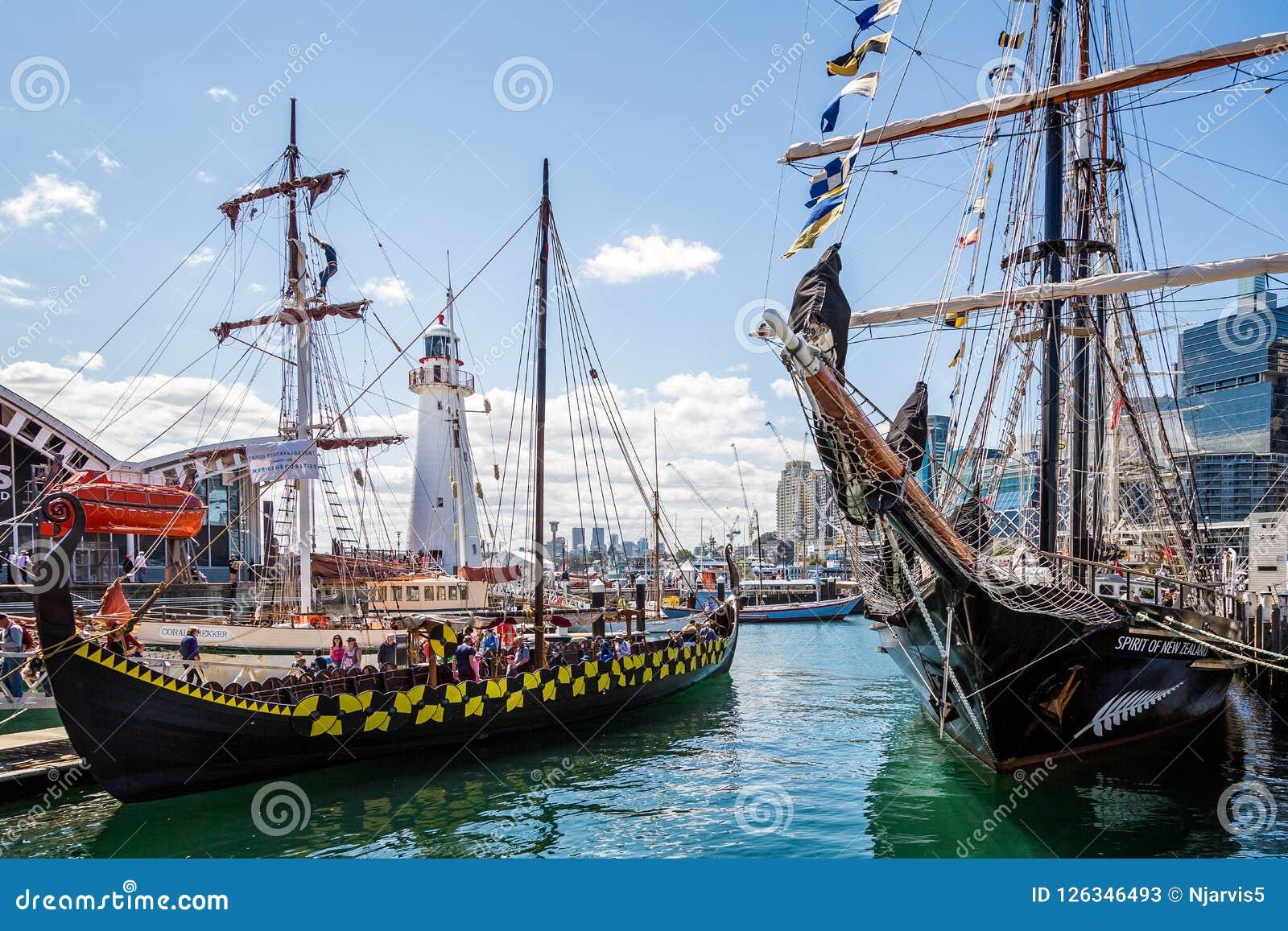Navio e Viking Longboat altos em Darling Harbour, Sydney,