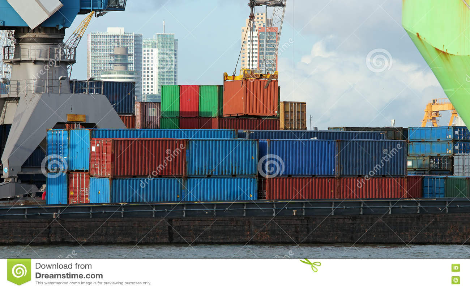Navio industrial do frete da carga do recipiente com o guindaste de trabalho no Po