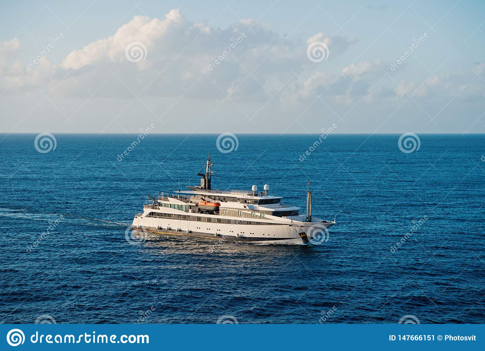 Navio no oceano em Bridgetown, Barbados Viagem do mar no navio Viagem pelo navio Descoberta e aventura Navio