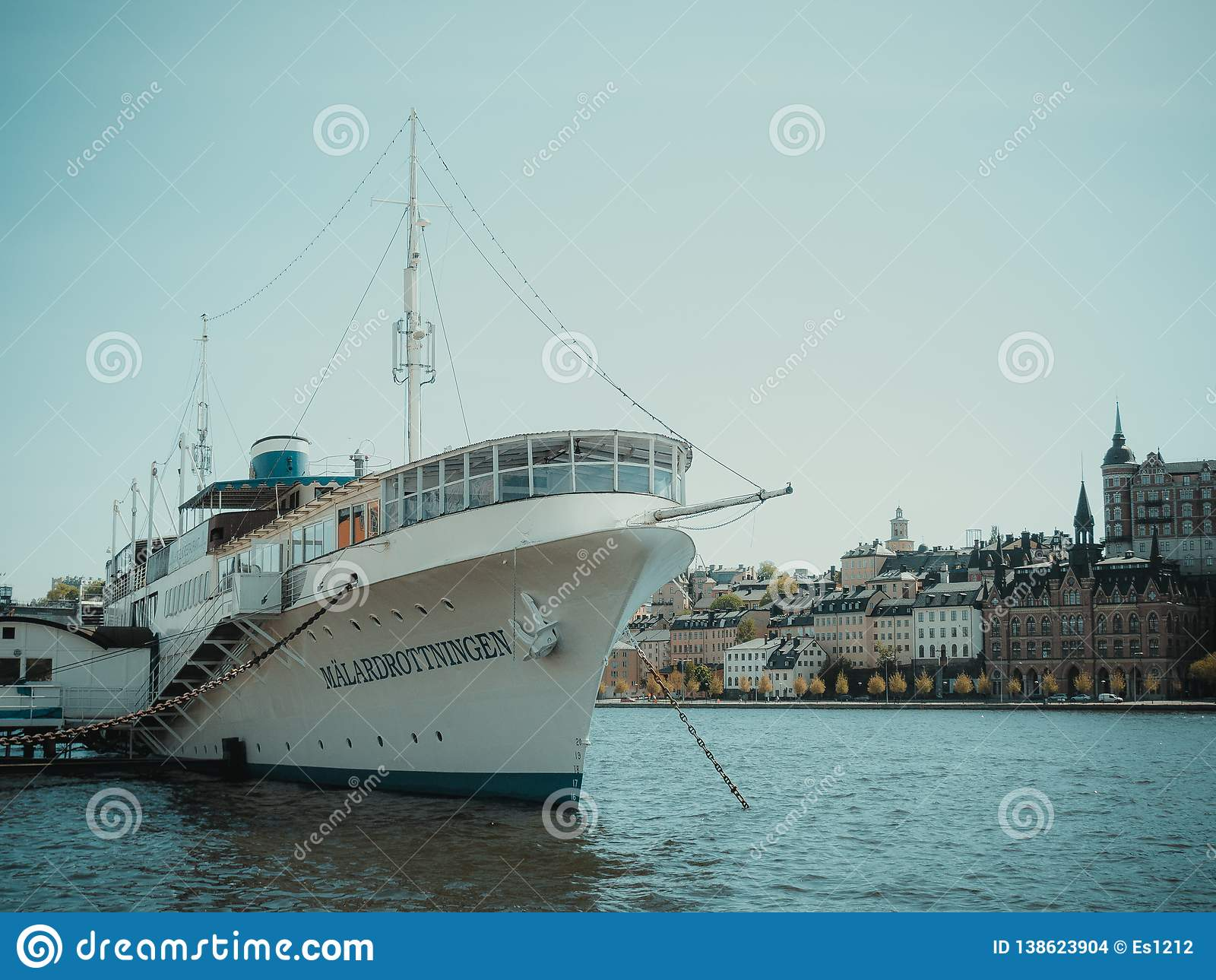 Navio pelo mar no centro da cidade de Helsínquia verão