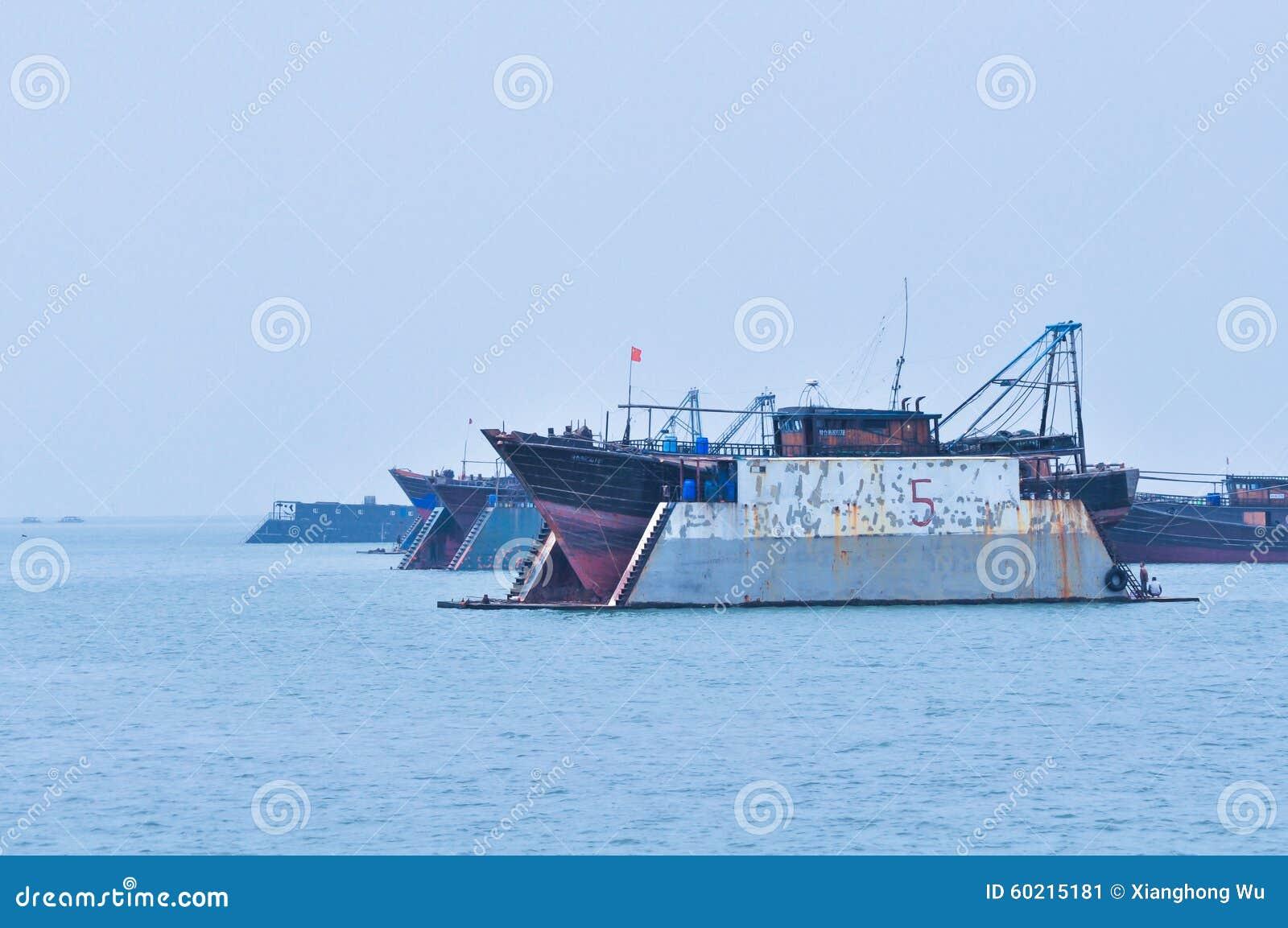 Navio reparado no mar