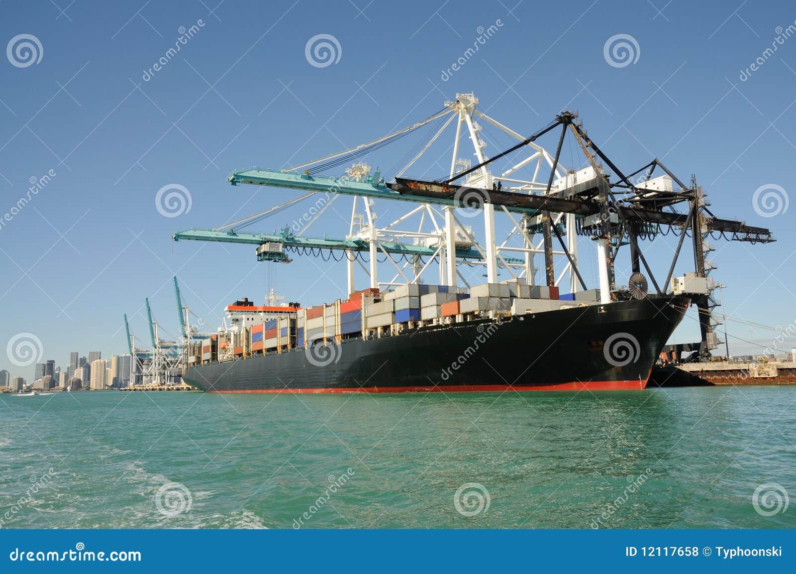Navire porte conteneurs au port industriel photos libres for Porte conteneur