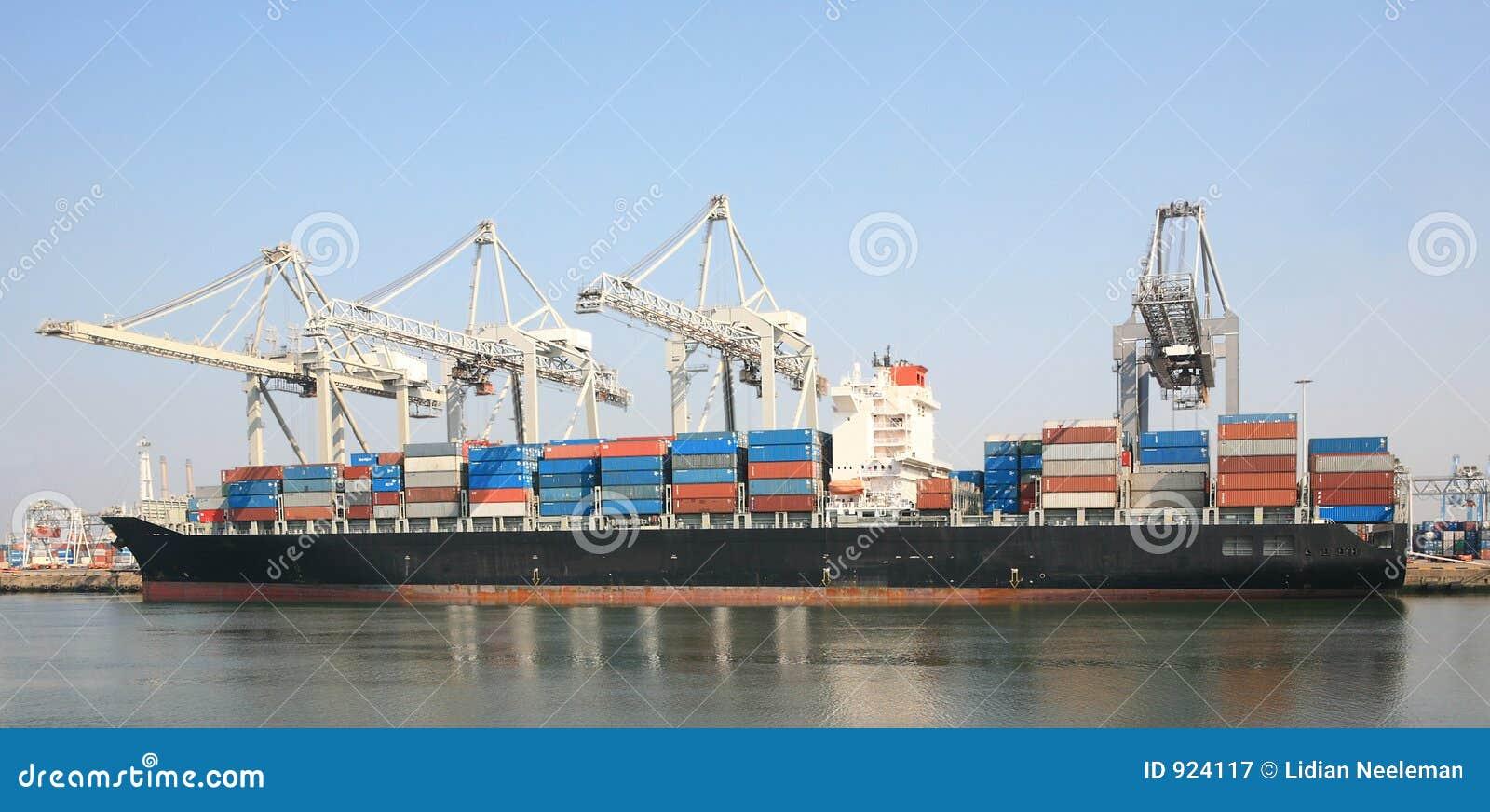Navire porte conteneurs dans le port photographie stock for Porte conteneur