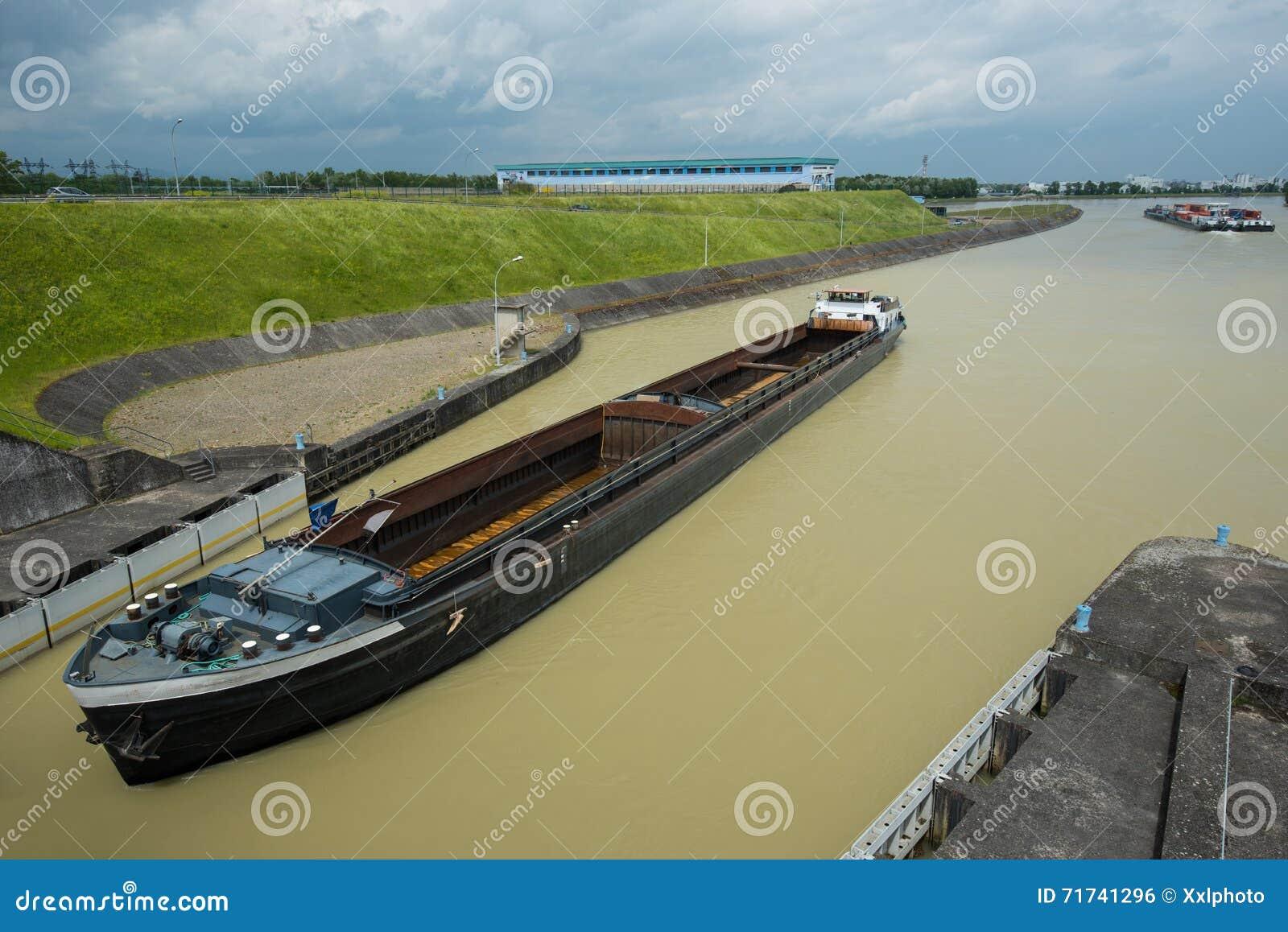 Navire porte conteneurs vide venant pour barrage photo for Porte conteneur