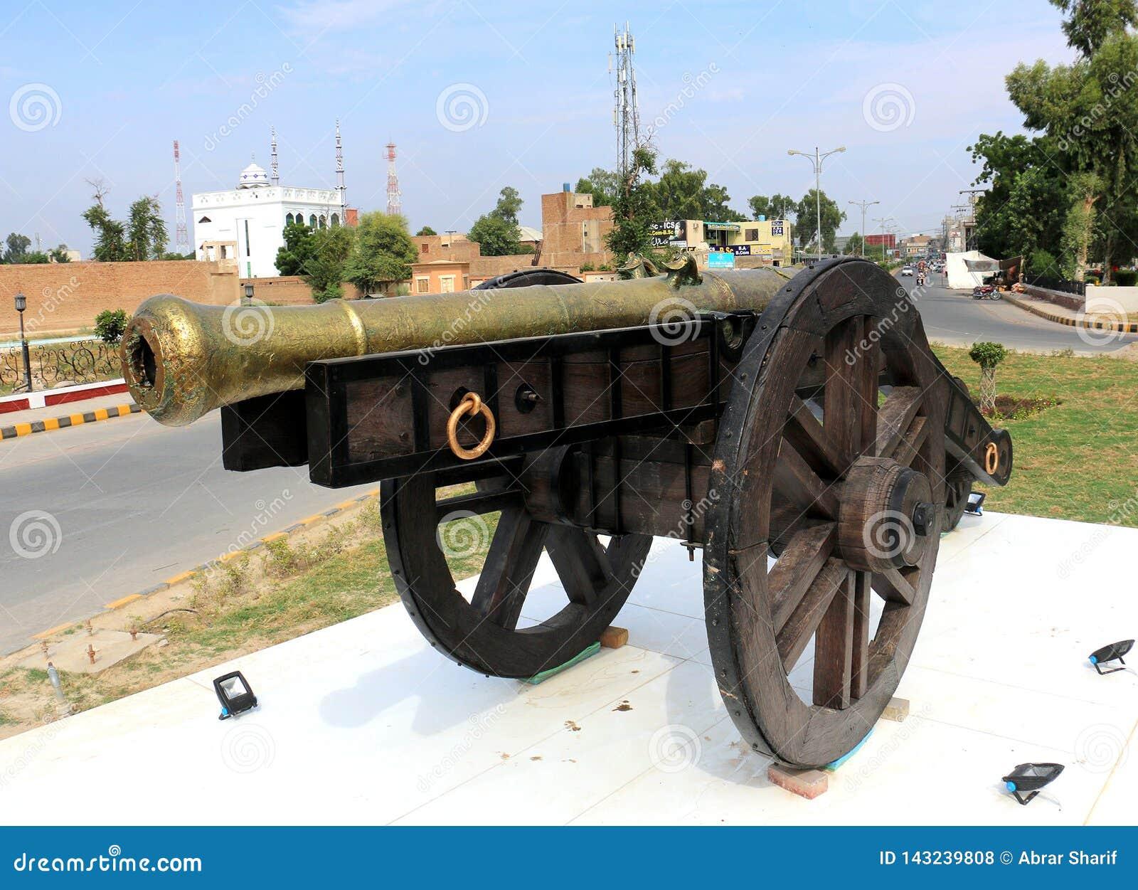 Nawab del cannone di Bahawalpur sulle ruote per la guerra, cannone del castello per difendere Canna antica del castello Cannoni a