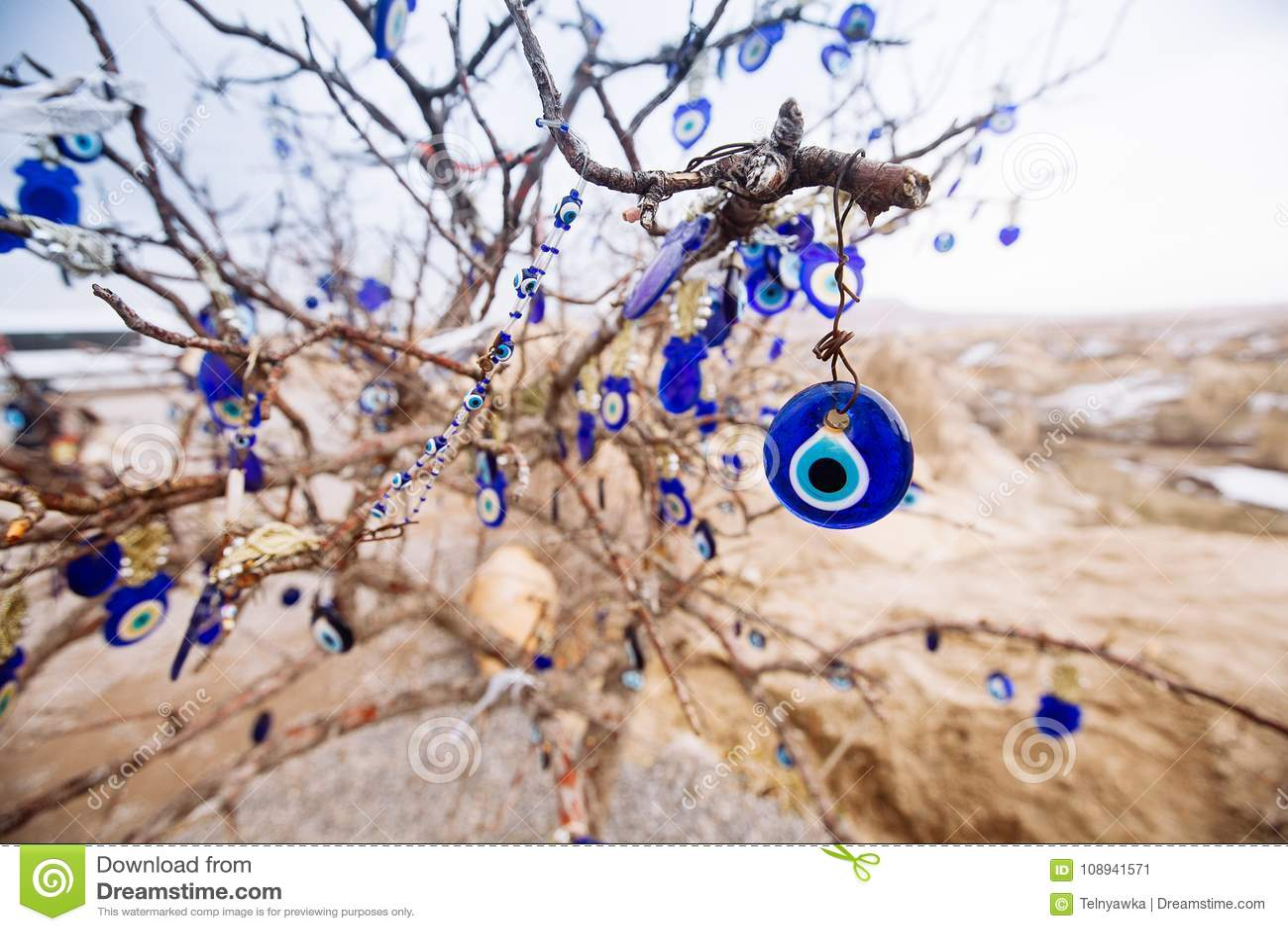 Nazar berlock som av avvärjer det onda ögat, på filialerna av en tr