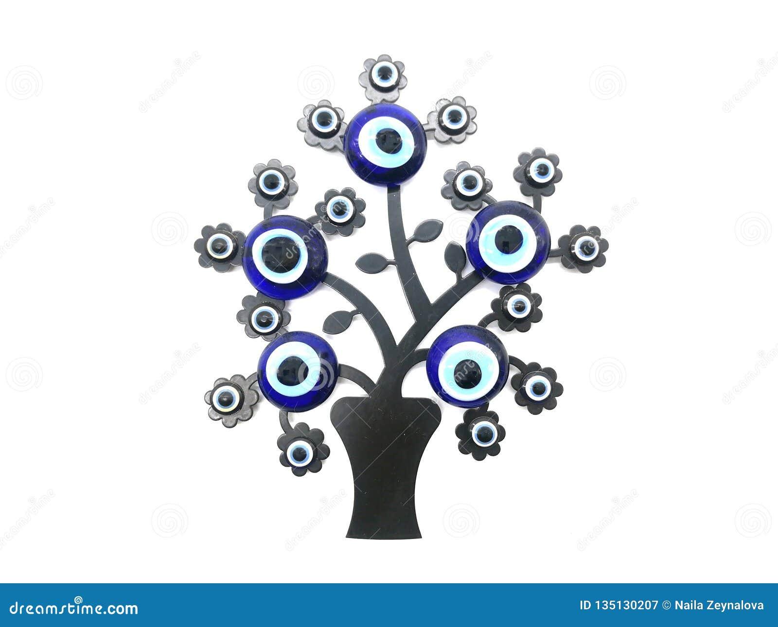 Nazar berlock som av avvärjer det onda ögat, på filialerna av ett träd Isolerad vitbakgrund Turkisk dekorativ amulett för