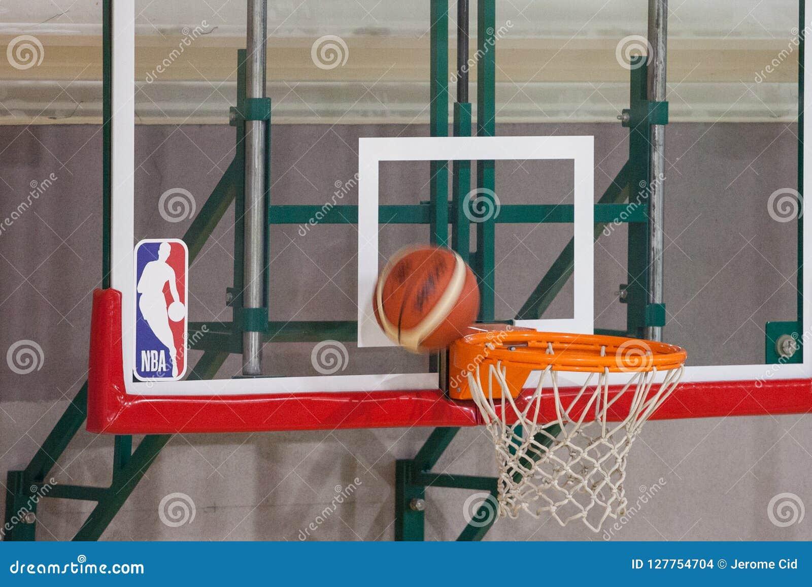 NBA-logo på en målbräda, medan en basket ska just att göra poäng på dess cirkel