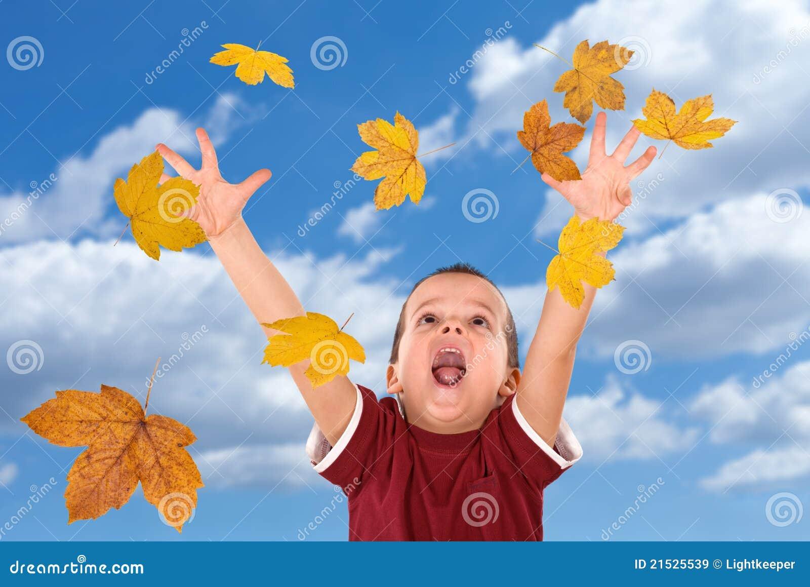 Ne för leaves för höstpojke fallande lyckligt