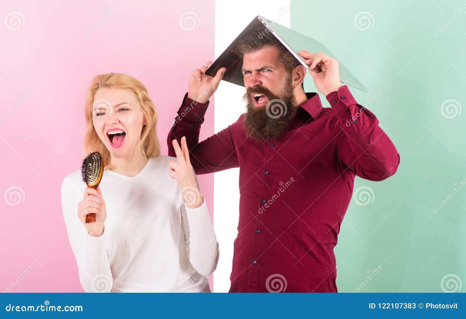 Ne peut pas arrêter la chanson dans sa tête Madame chantent employant la brosse de cheveux comme microphone tandis que l homme en