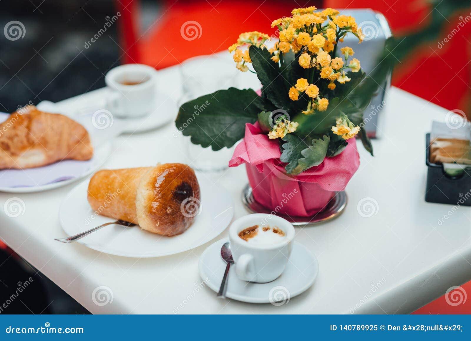 Neapolitanisches Frühstück auf dem Tisch