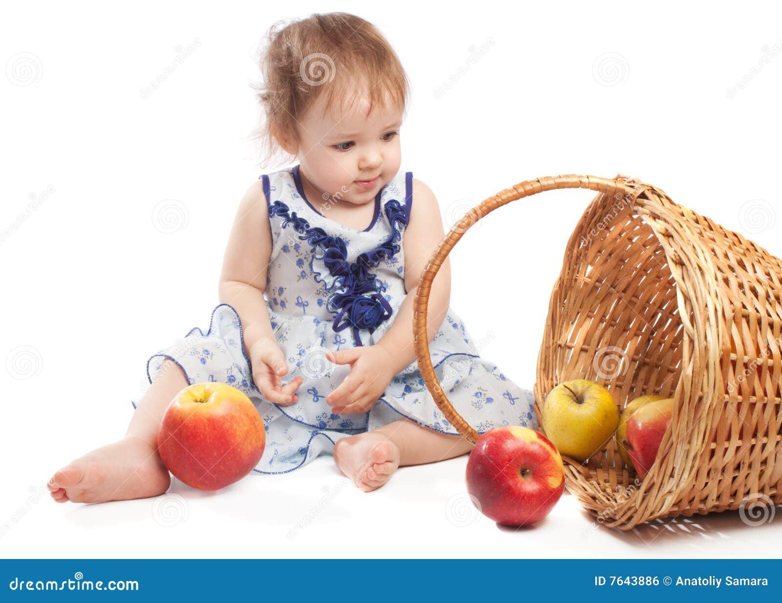 Near sittande litet barn för korgfrukt