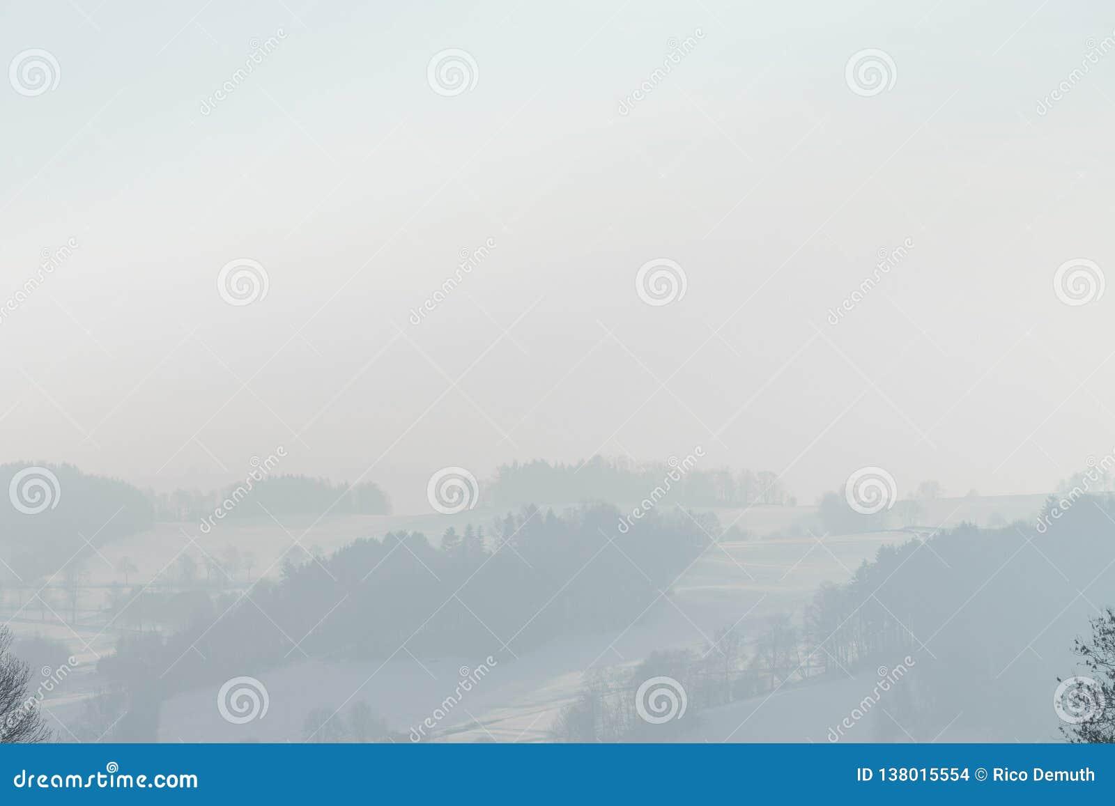 Nebbia di inverno nelle montagne del minerale metallifero