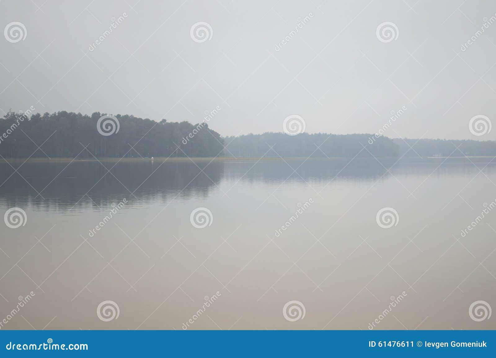 Nebbia di mattina sul lago Autunno (ozero di Pisochne, Ucraina)