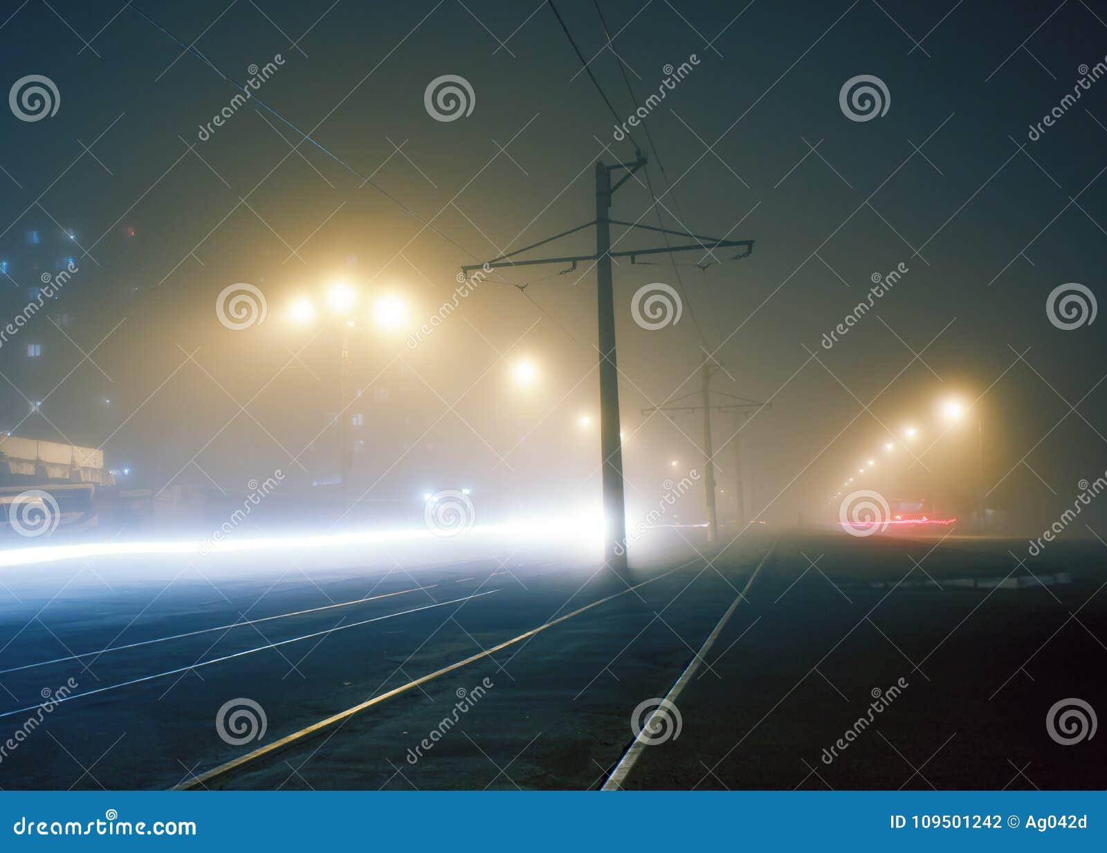 Nebbia di sera sulle vie di Dneprodzerzhinsh