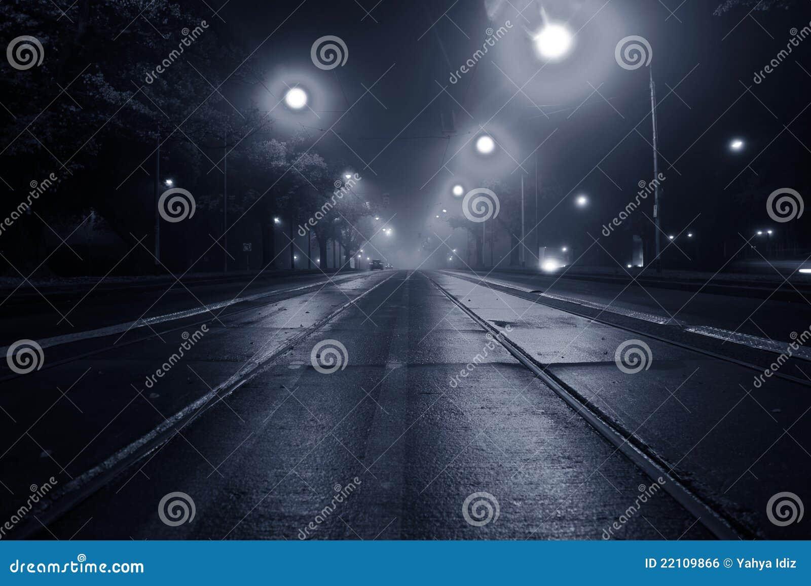 Nebel auf der Straße nachts