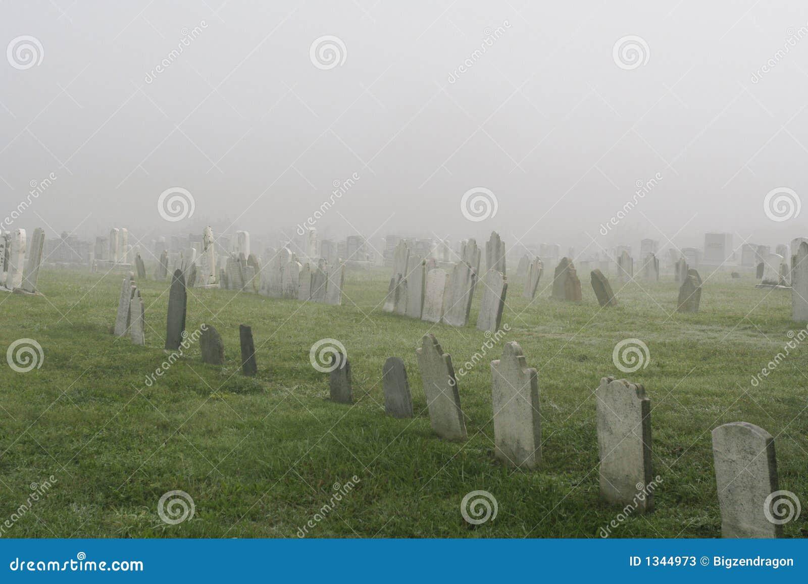 Nebelhafter Friedhof