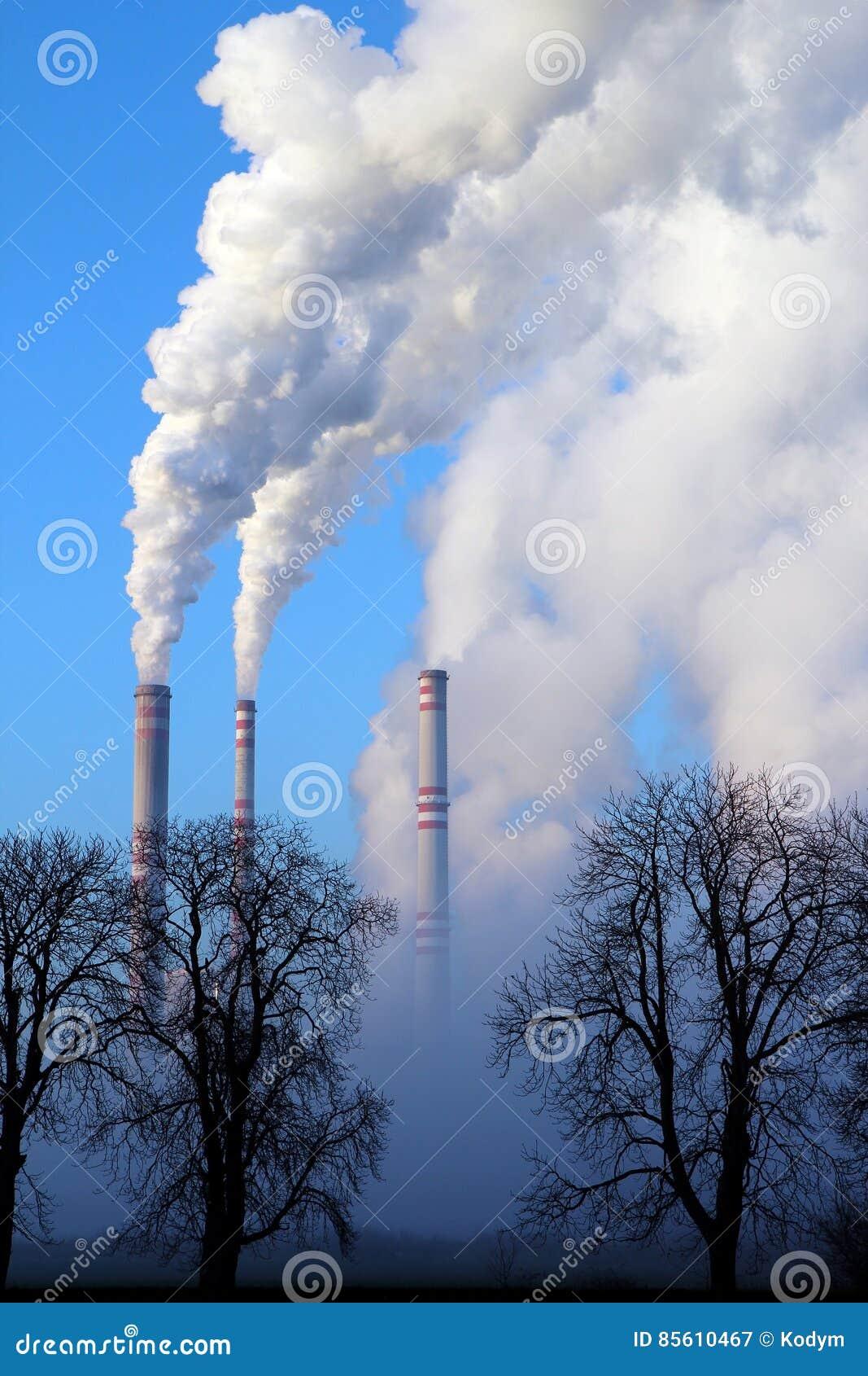 Nebelhaftes Tages- und KesselkohleKraftwerk