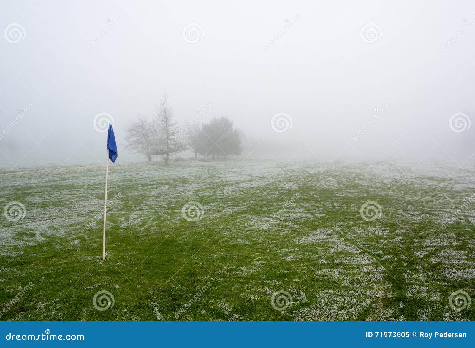 Nebeliger Golfplatz