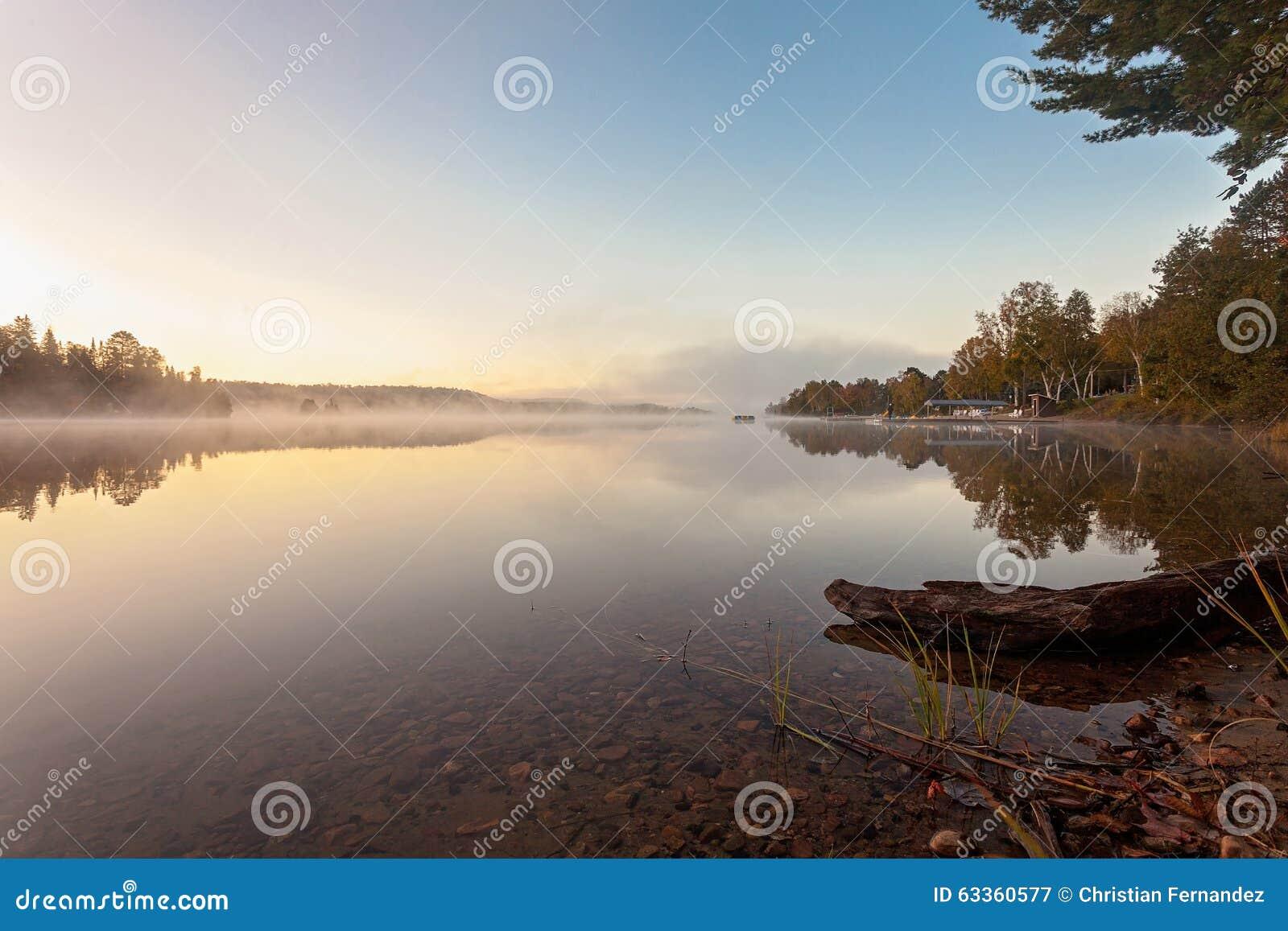 Nebeliger Morgen im See des Algonquin-provinziellen Parks, Ontario, Kanada