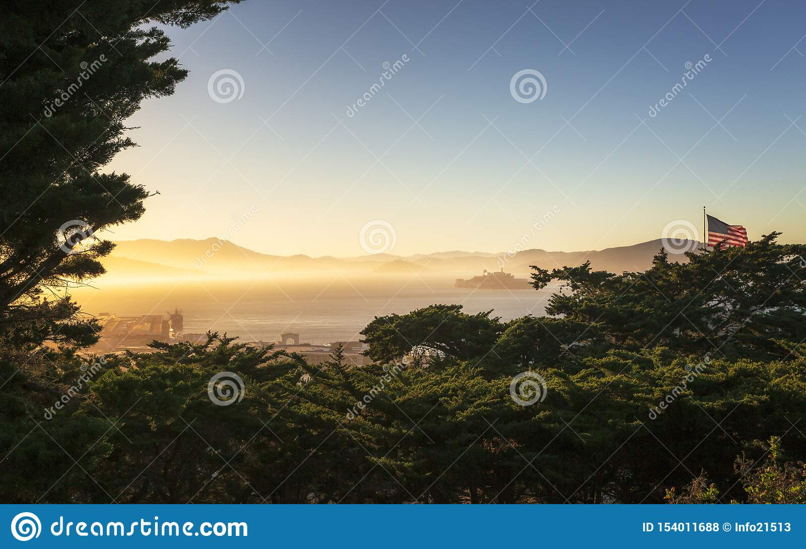 Nebeliger Sonnenuntergang über Alcatraz-Insel von Coit-Turm