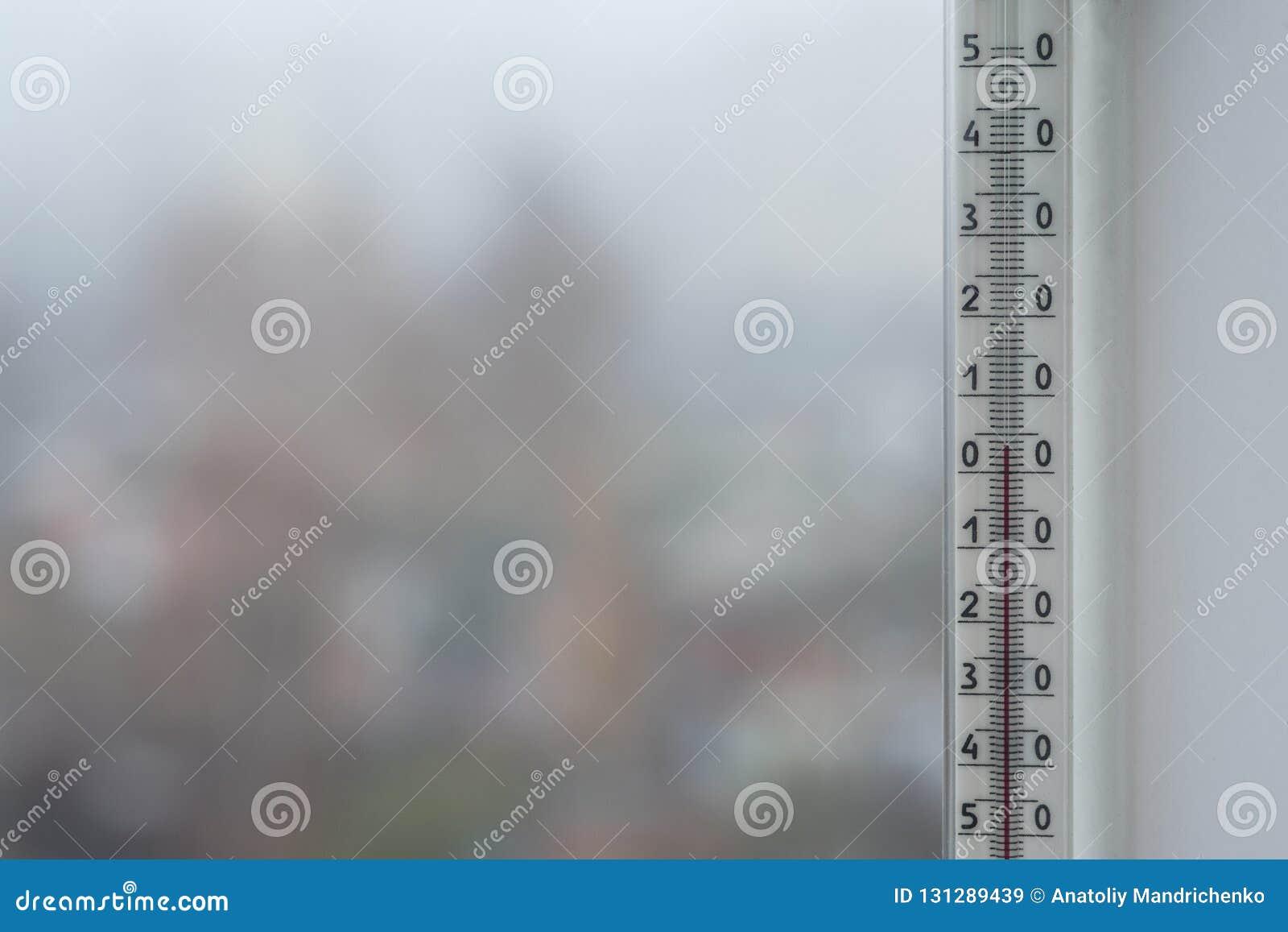 Nebeliges Wetter des Herbstes außerhalb des Fensters