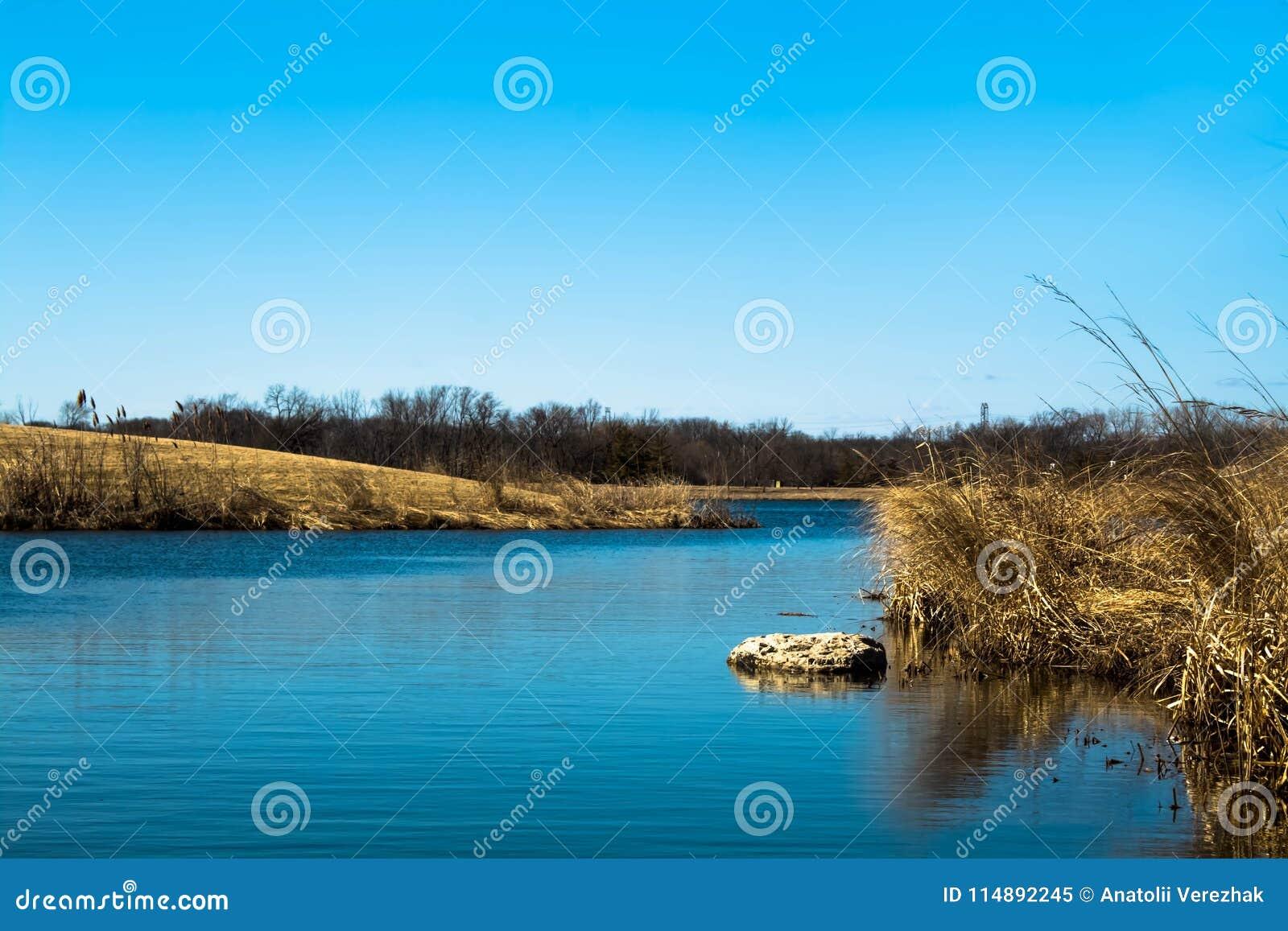 Nebenfluss des blauen Wassers an einem sonnigen aber kalten Tag
