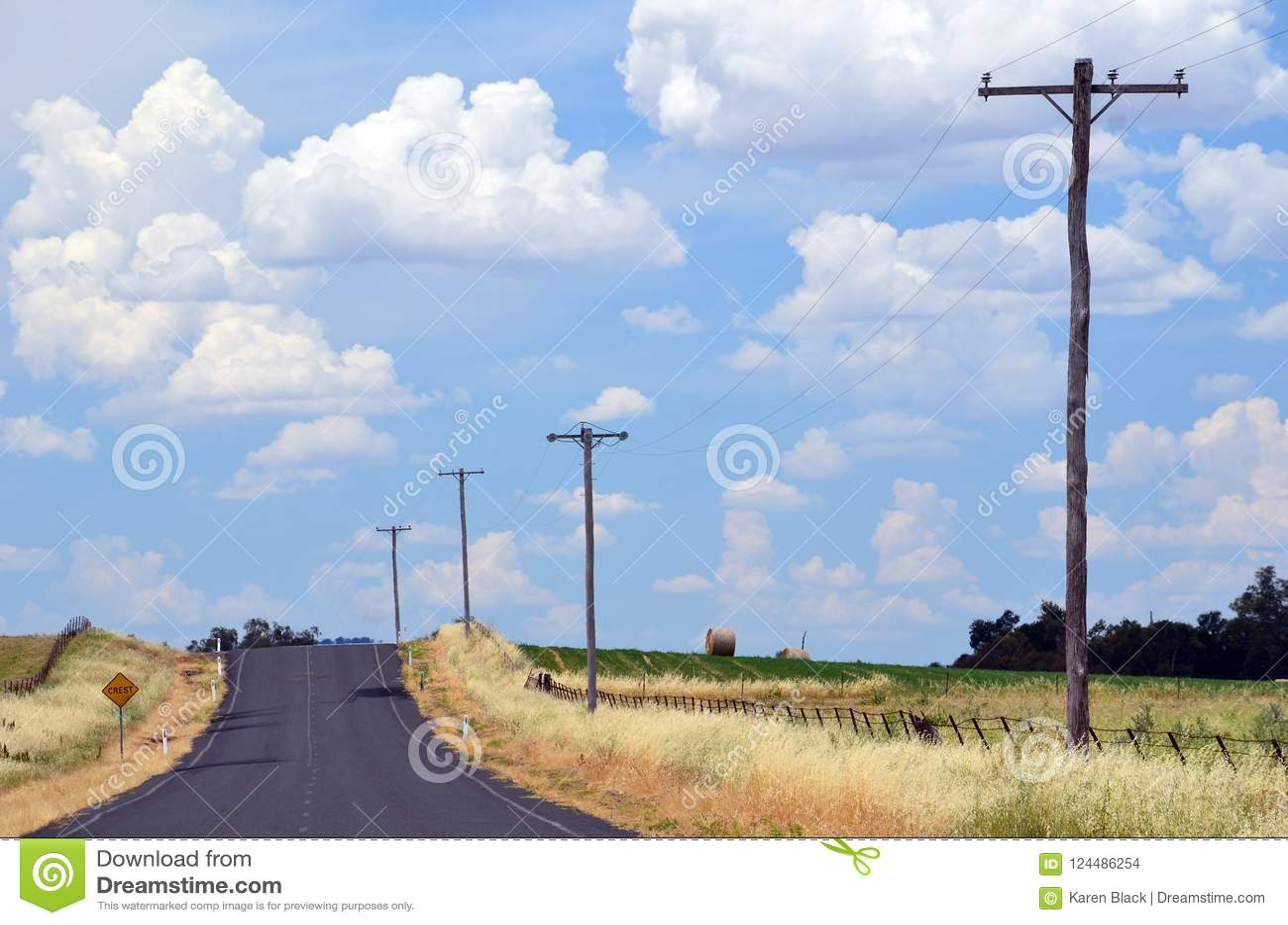 Neblina del calor del verano en una carretera nacional a través de tierras de labrantío