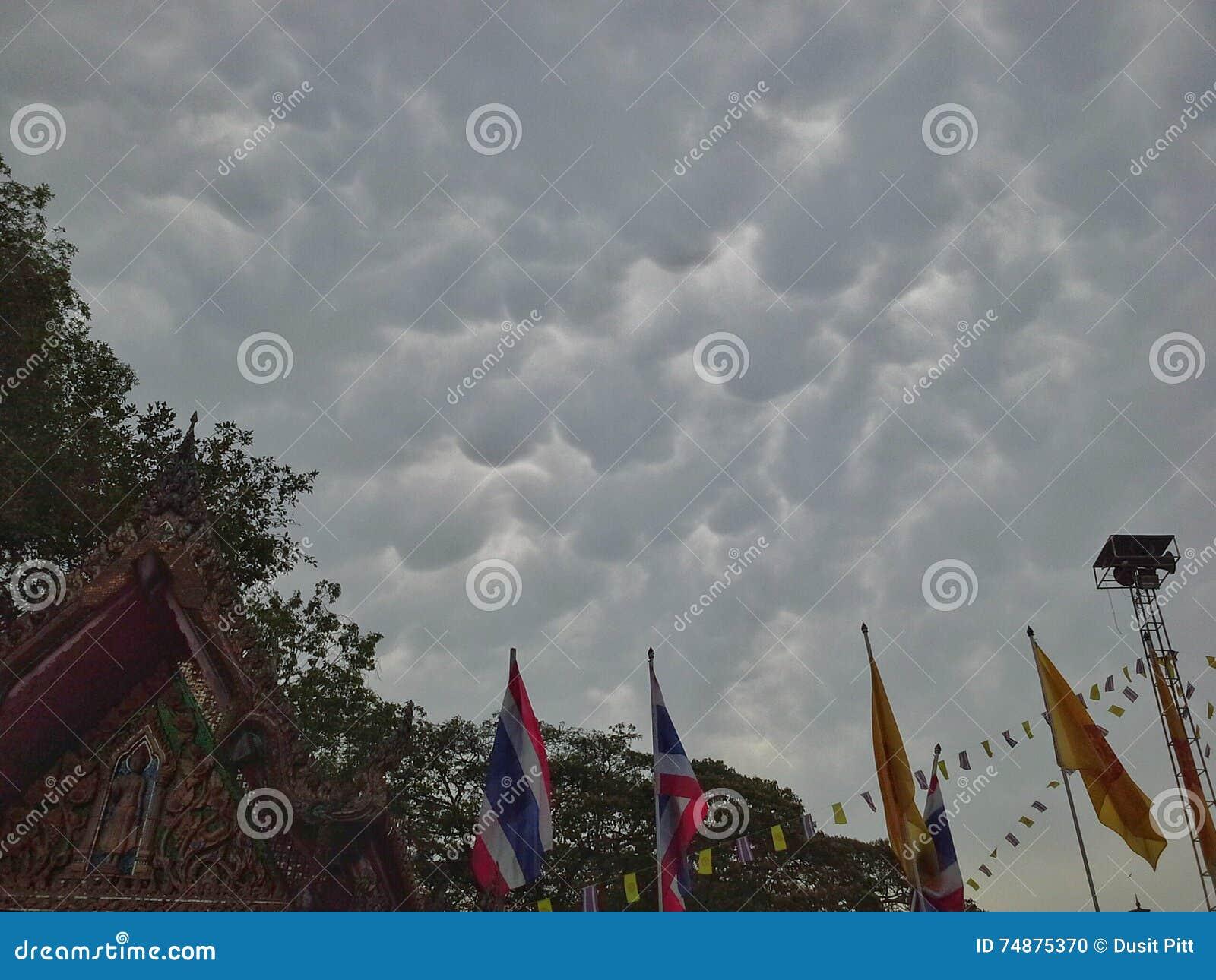 Nebuloso antes da chuva perto do templo tailandês, Hadyai, Tailândia